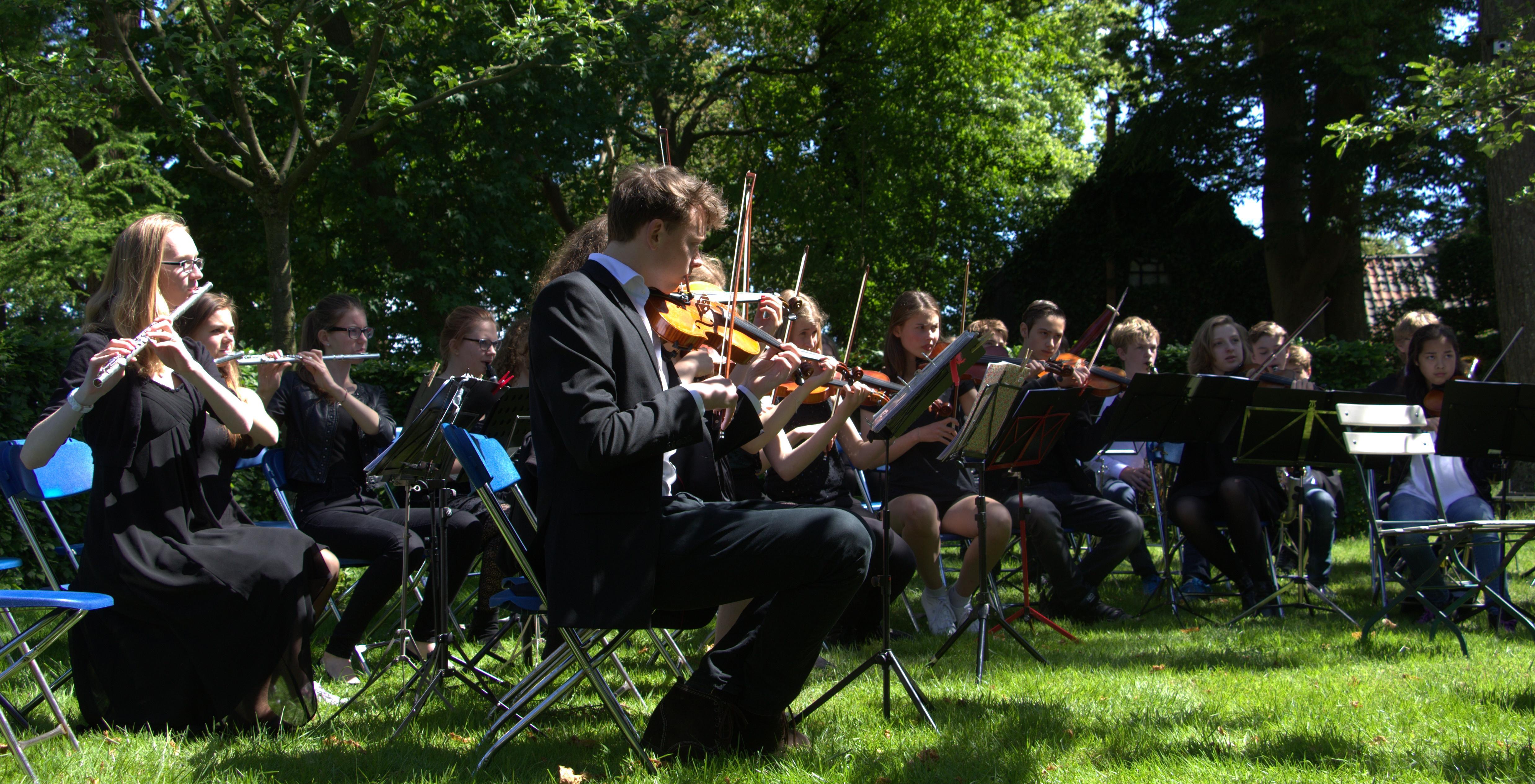 Goois Jeugd Orkest speelt Mozart tussen de coniferen van Pinetum