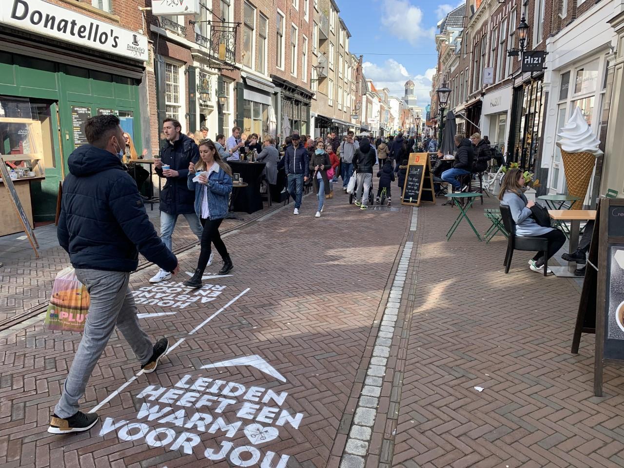 Ouderwets drukke zaterdagmiddag in Leidse binnenstad: 'Je ziet dat de mensen hier weer aan toe zijn'
