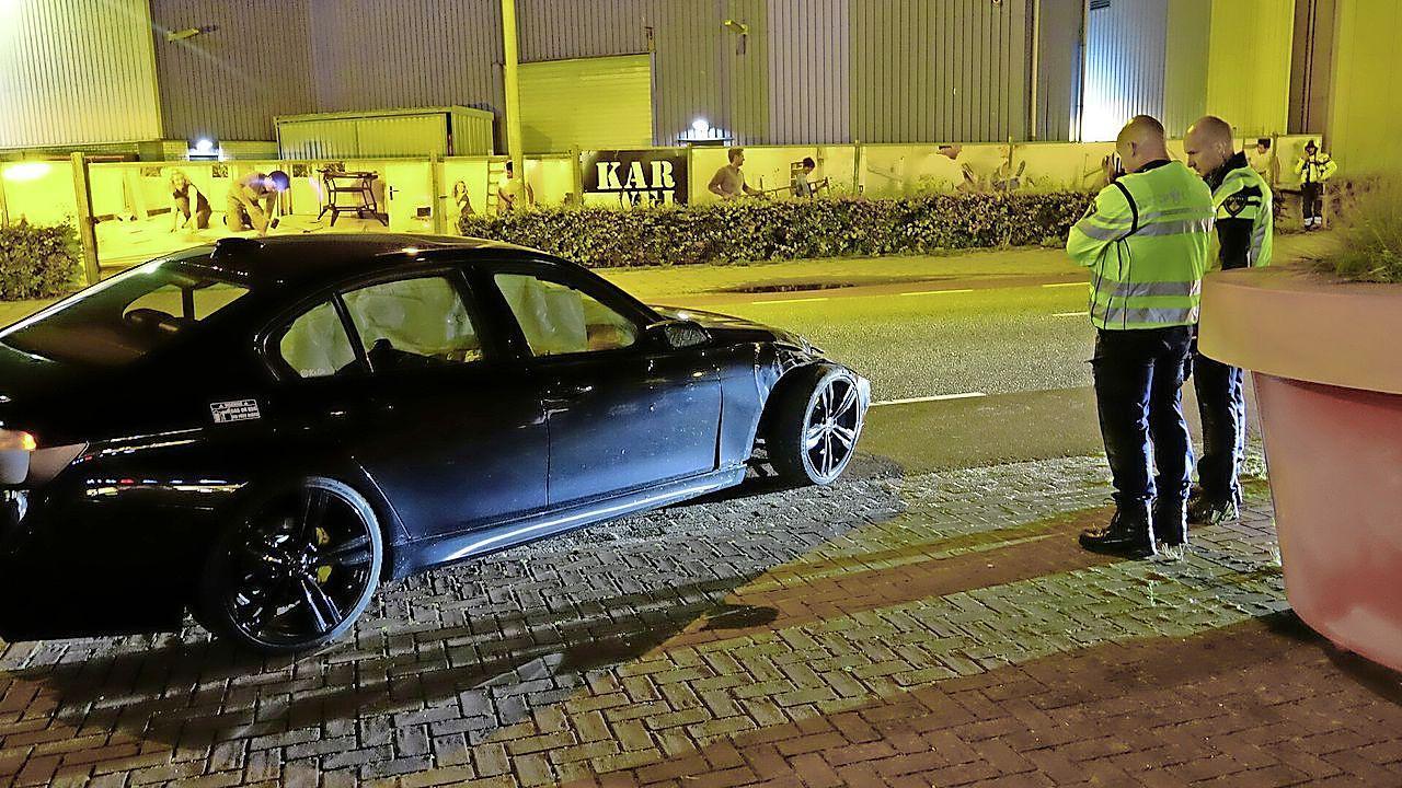 Buurt niet verbaasd over BMW die met hoge snelheid crasht tegen megabloempot. 'Dat zat erin, het is hier 's avonds een racebaan'