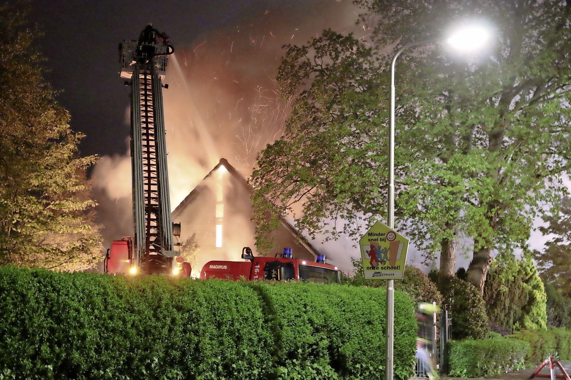 Vrijstaand huis in Lisse brandt volledig uit, brandweer gaat uit van kortsluiting [video]
