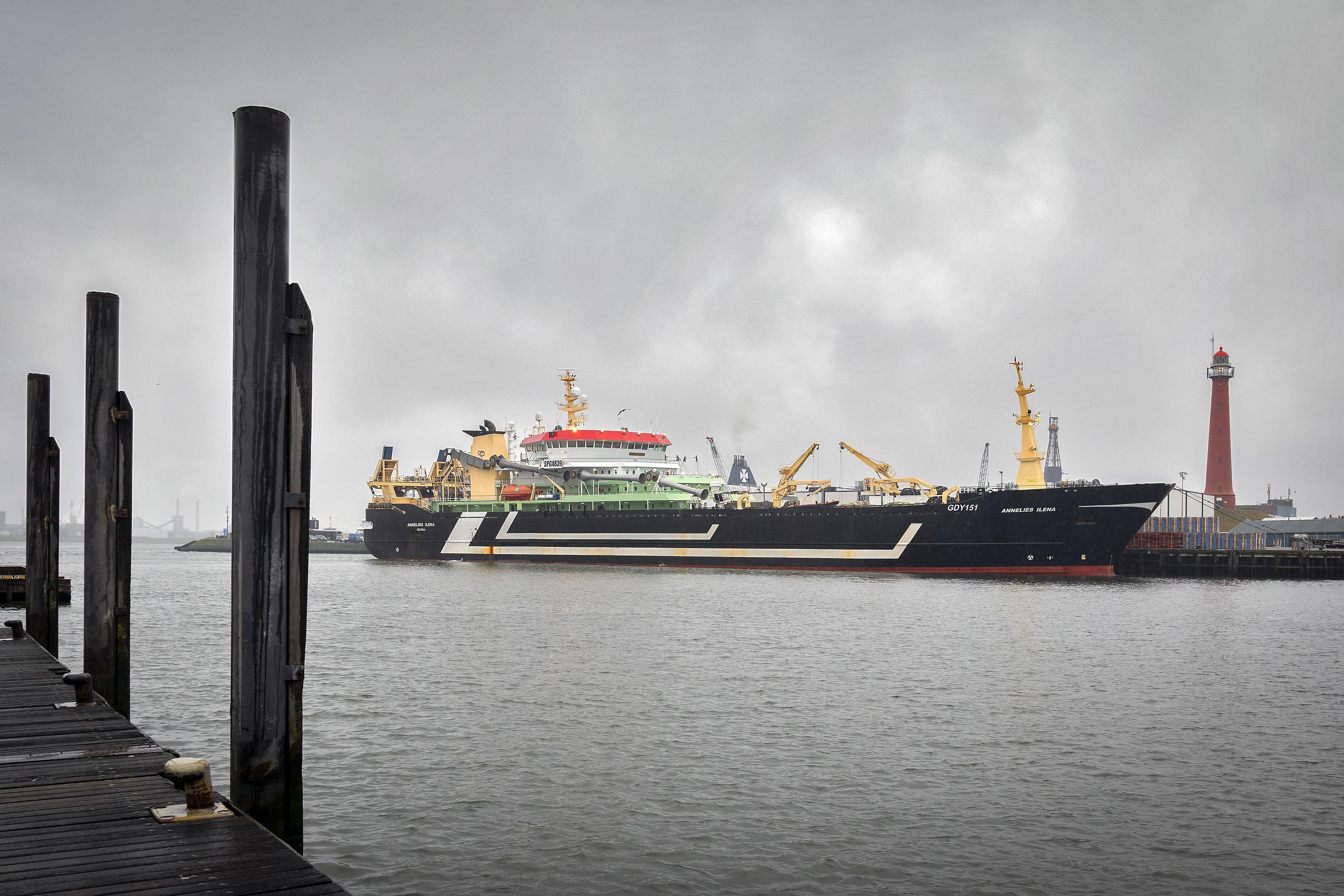 Trawler Annelies Ilena van Parlevliet & Van der Plas uit Katwijk nog tot volgende week in quarantaine in haven van IJmuiden vanwege coronagevallen aan boord. 'Maatregelen niet honderd procent waterdicht'