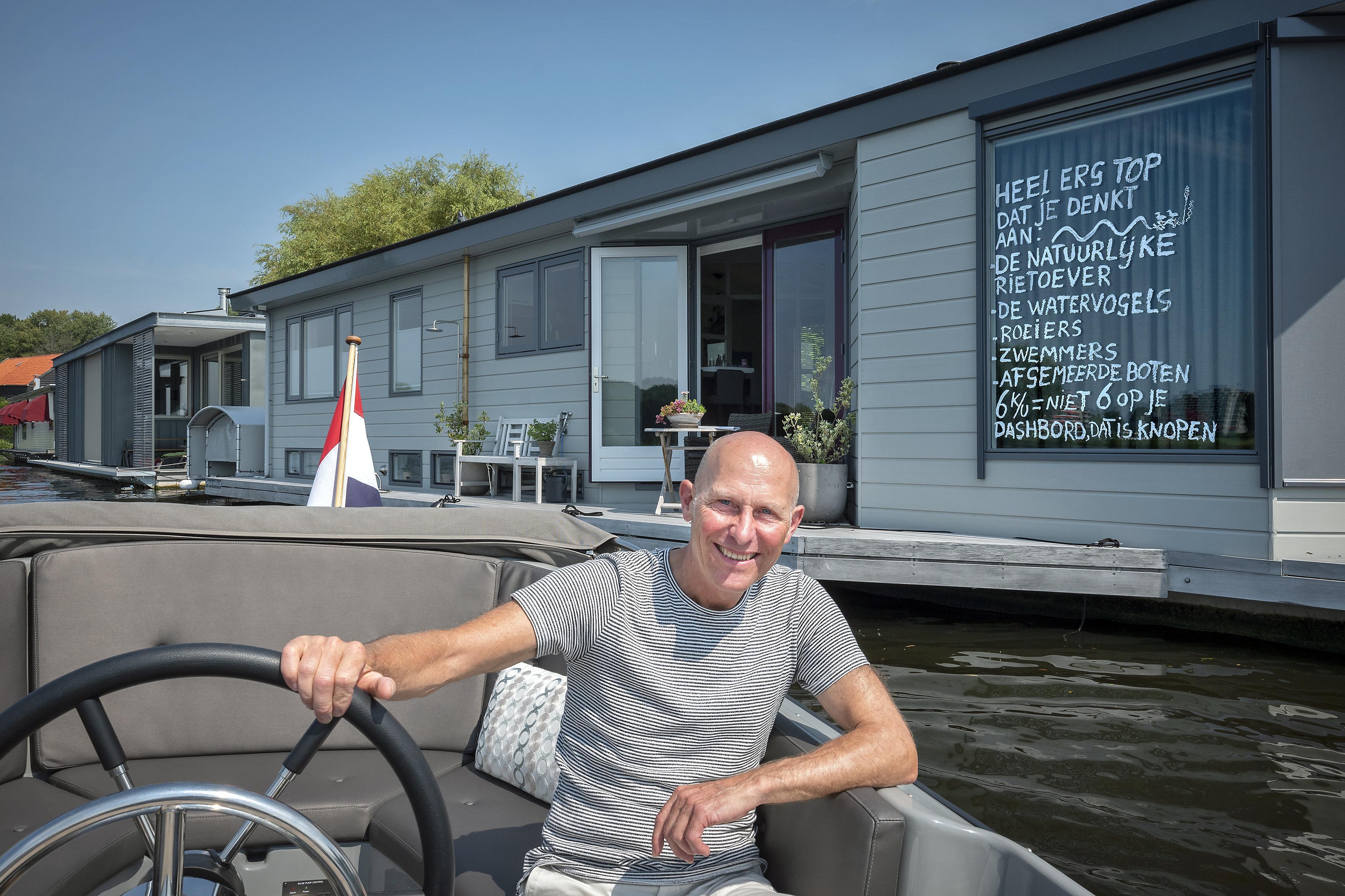 Woonbooteigenaar schrijft ludieke boodschap op raam aan snelvaarders: 'Ze hebben soms geen idee waar ze mee bezig zijn'
