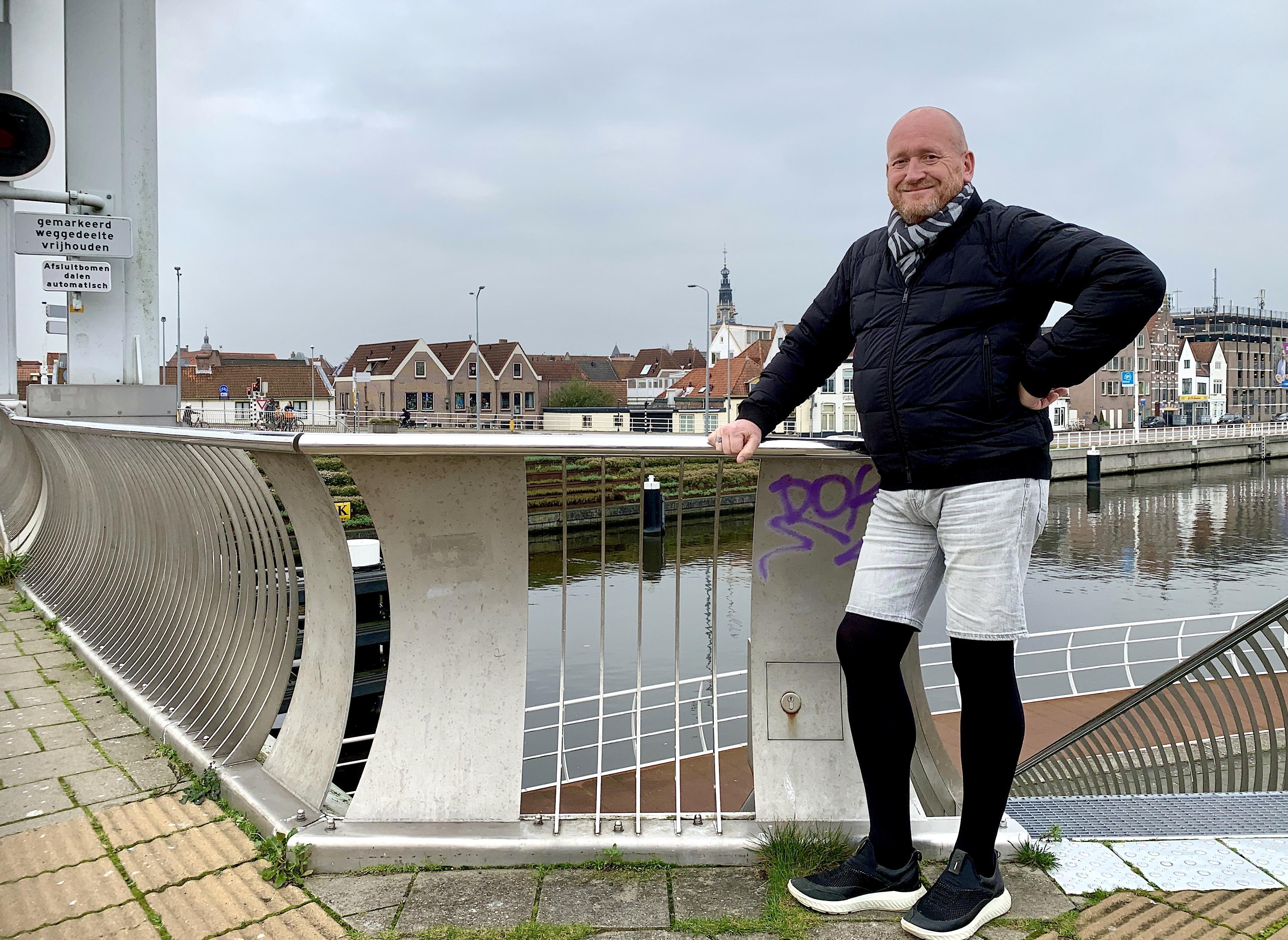 Onderweg: Alkmaarder Marcel Govaars (57) heeft een dik medisch dossier. De frustraties daarover kan hij kwijt in de gedichten op z'n blog. Recent zijn ze - in eigen beheer - gebundeld onder de titel 't Is wat 't is'.