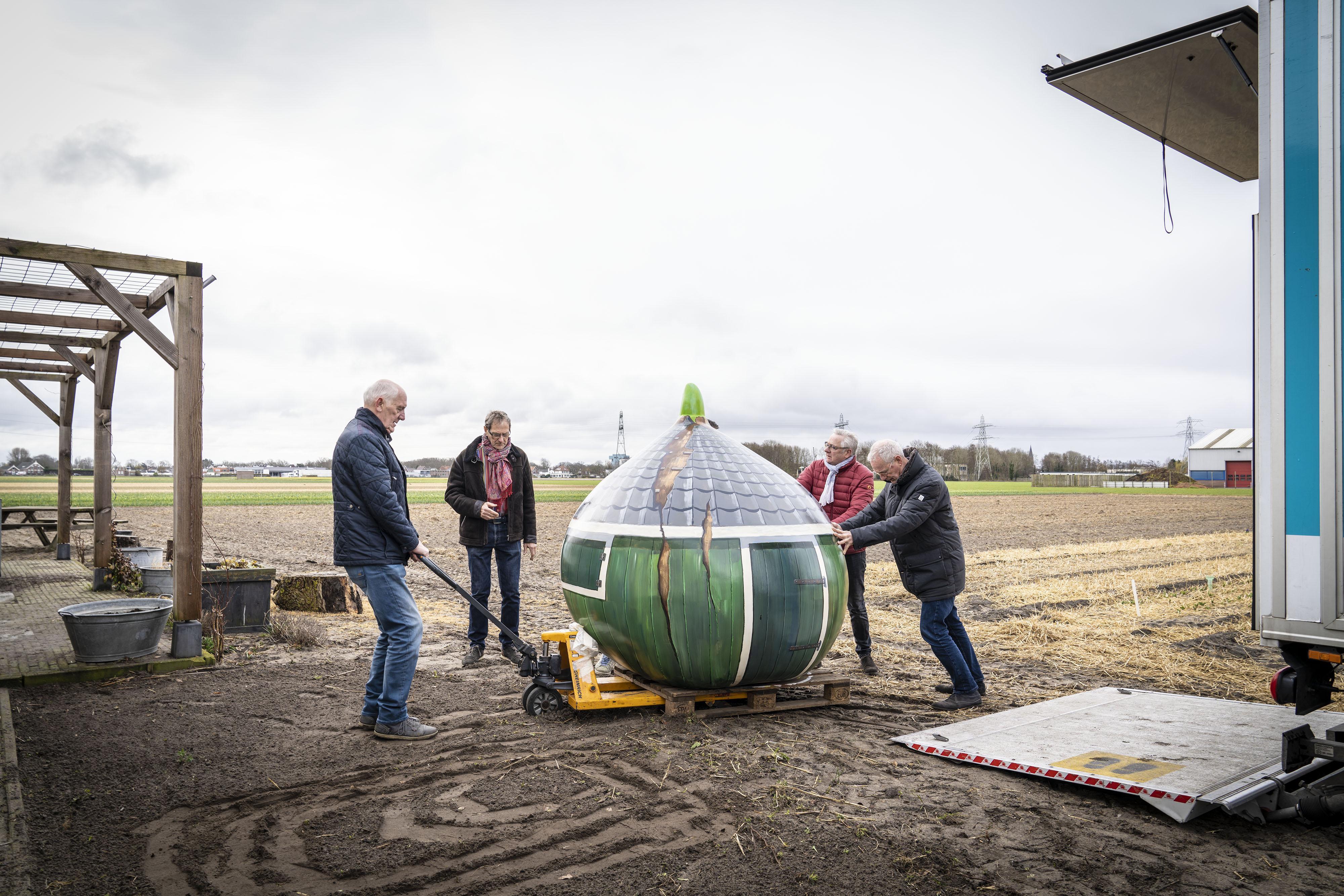 'Schafthuisje' in de vorm van een grote tulpenbol bij Voorhoutse bloembedden
