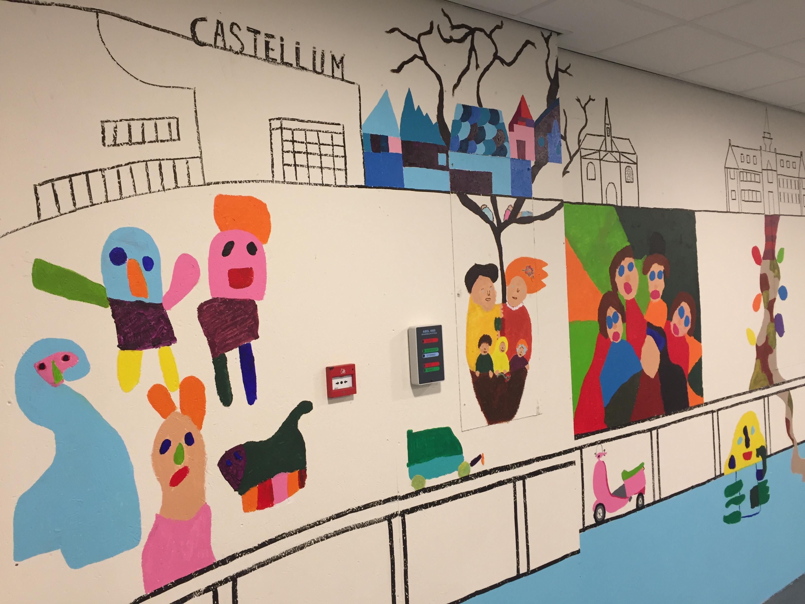 Kunstenaars met een verstandelijke beperking vrolijken de ingang van de parkeergarage van het Alphense winkelcentrum De Aarhof op