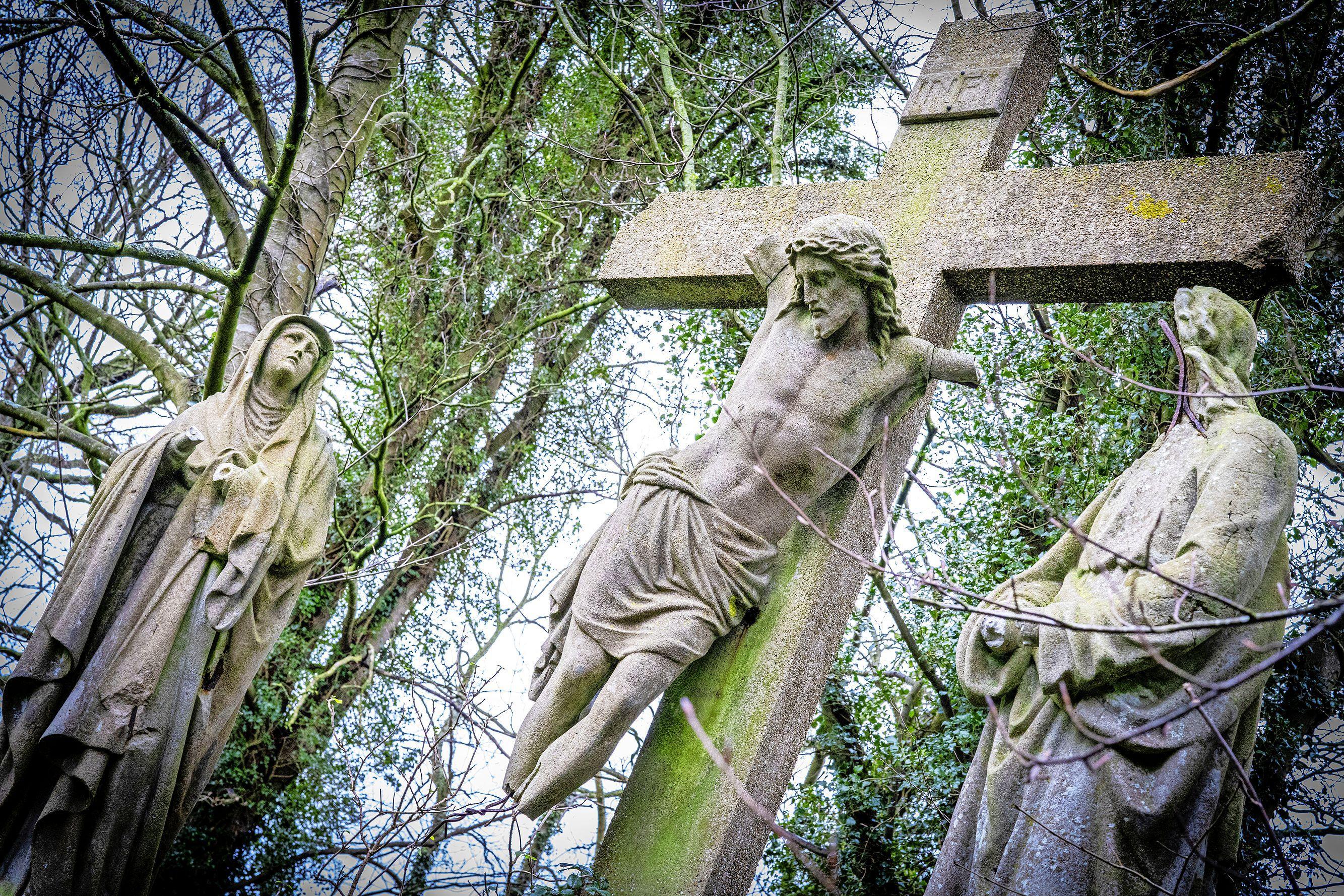 Beelden begraafplaats Bavo in Noordwijkerhout worden weggehaald