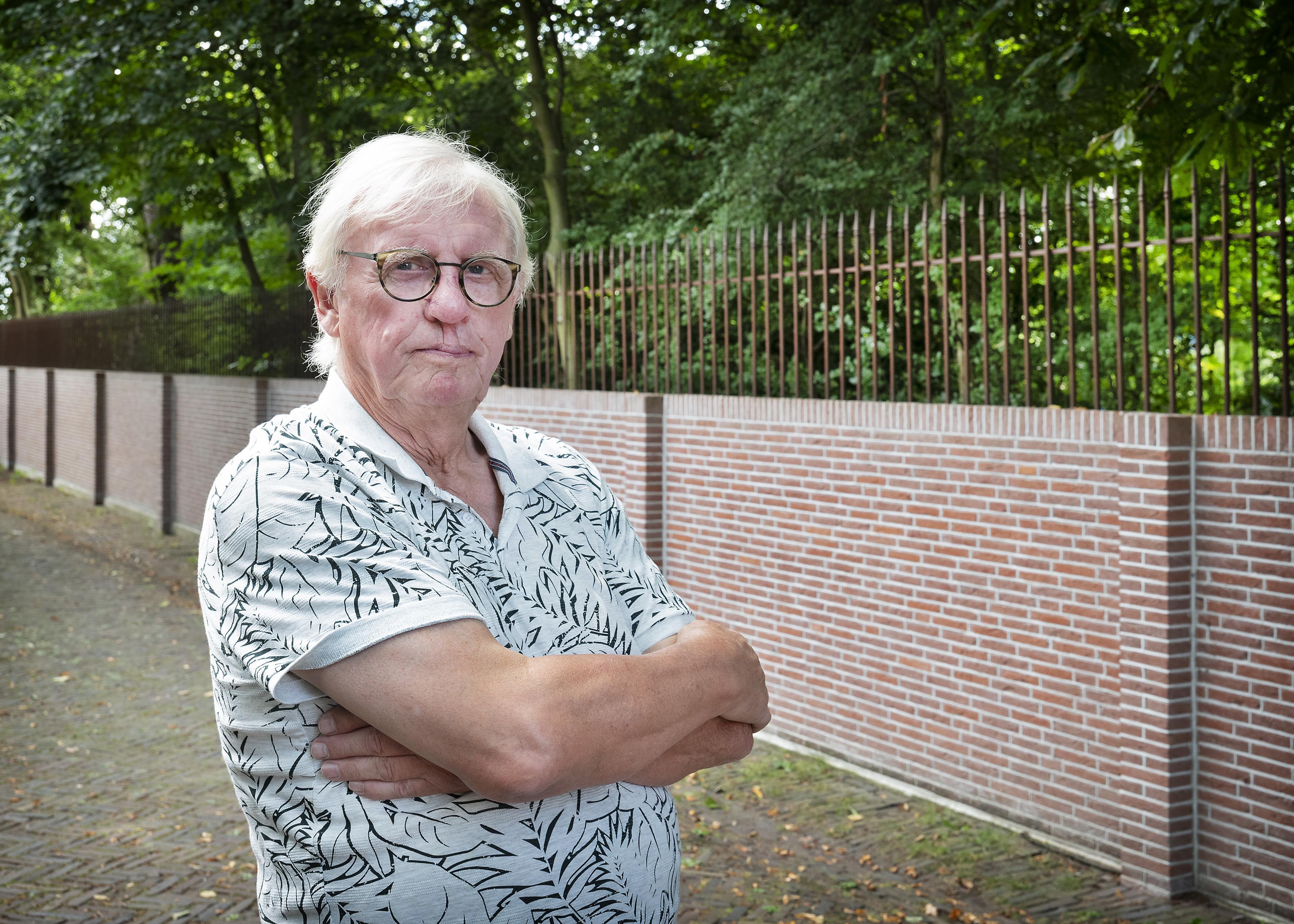 Strijd bij gedenkplek voor verzetsman in Santpoort-Noord: Hans van Beem bepleit weghalen 'afschuwelijke' omheining, die hem doet denken aan brief van grootvader Johan over gevangenschap in Tweede Wereldoorlog