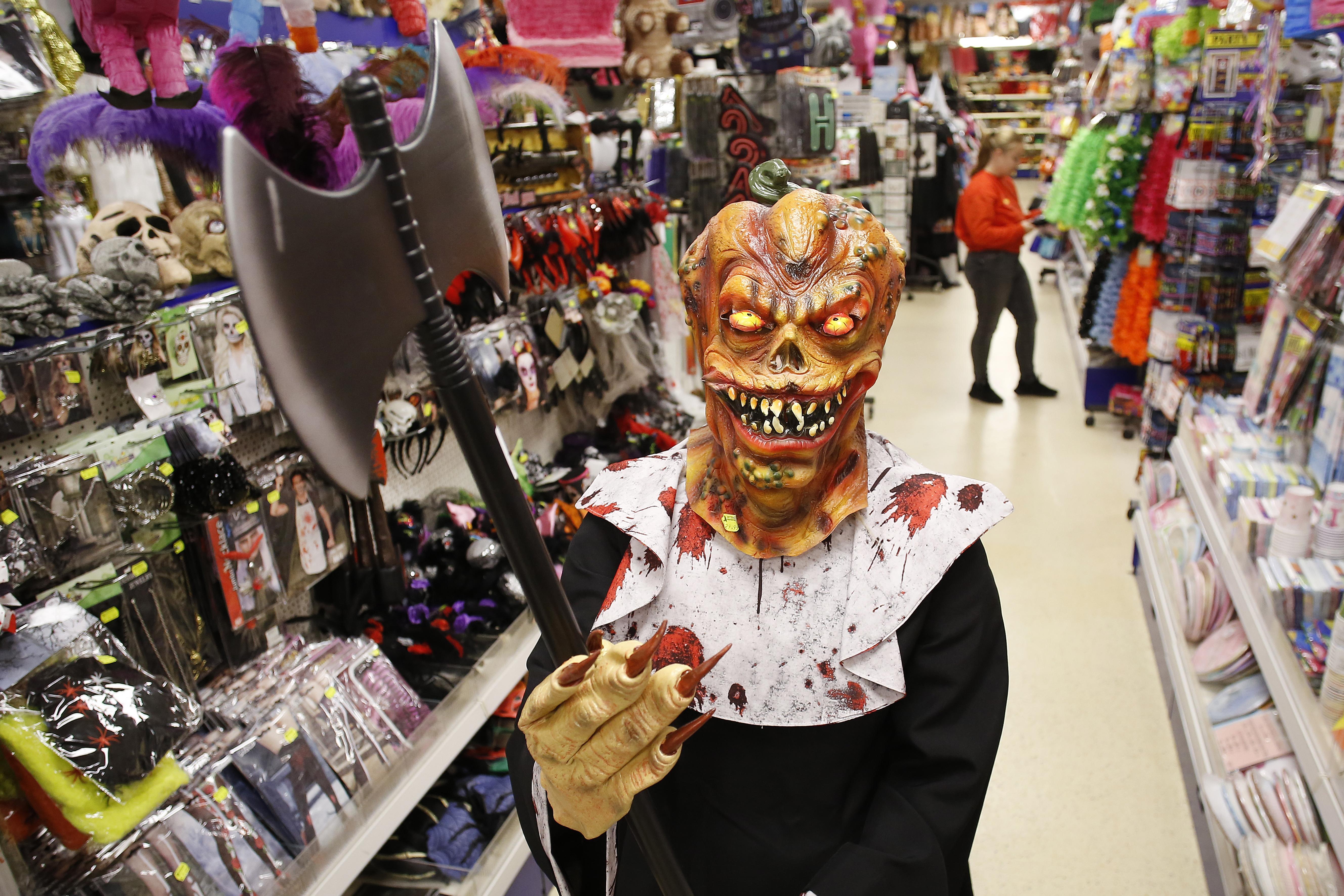 Geen feest in de kroeg of disco. Halloween gaat dit jaar bloedend ten onder. 'Maar de kinderen kunnen toch gewoon veilig de straat op?'