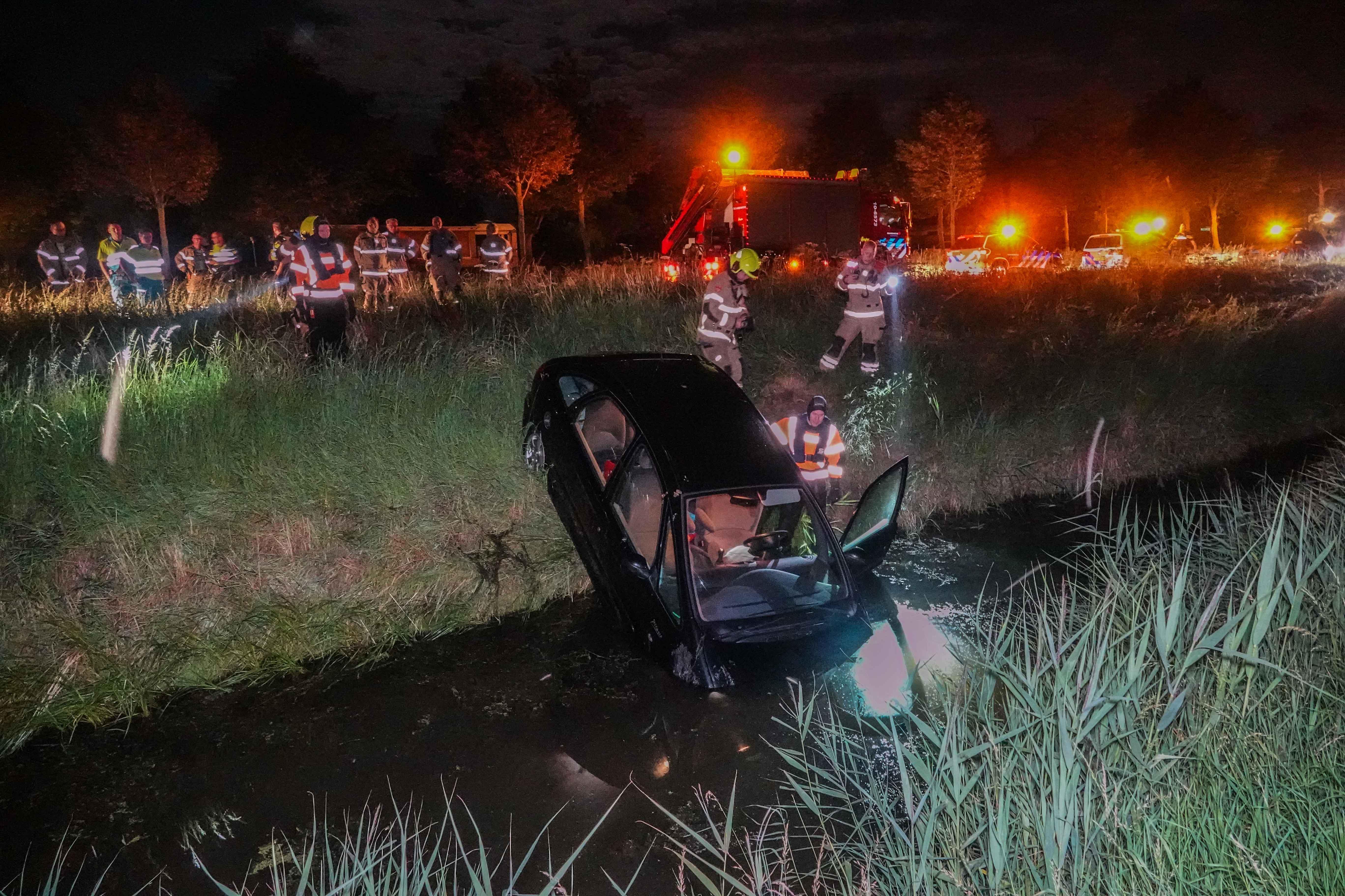 Hulpdiensten zoeken naar auto in water Medemblik, bestuurder vertrokken
