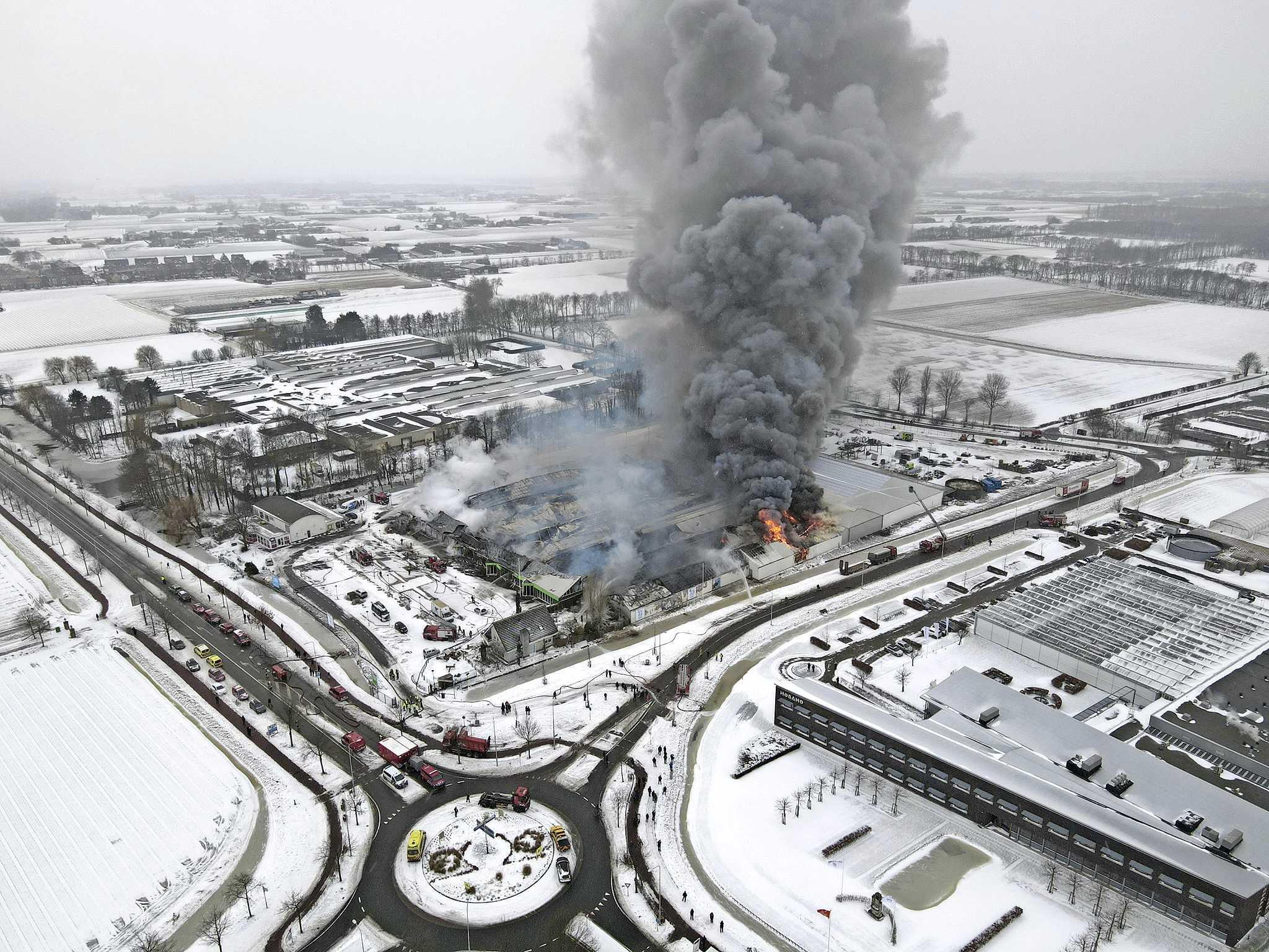 Dronebeelden van zeer grote brand tuincentrum Lisse [video]