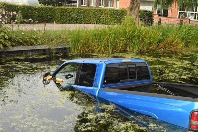 Auto rolt sloot in nadat bestuurder de handrem vergeet in Roelofarendsveen