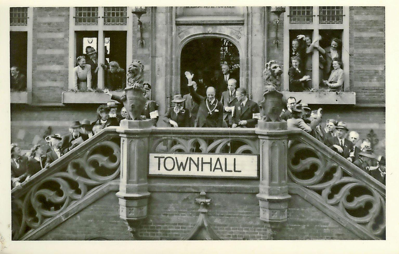 Bewegend Verleden: Alkmaars burgemeester Van Kinschot keert in 1945 terug naar zijn stad [video]
