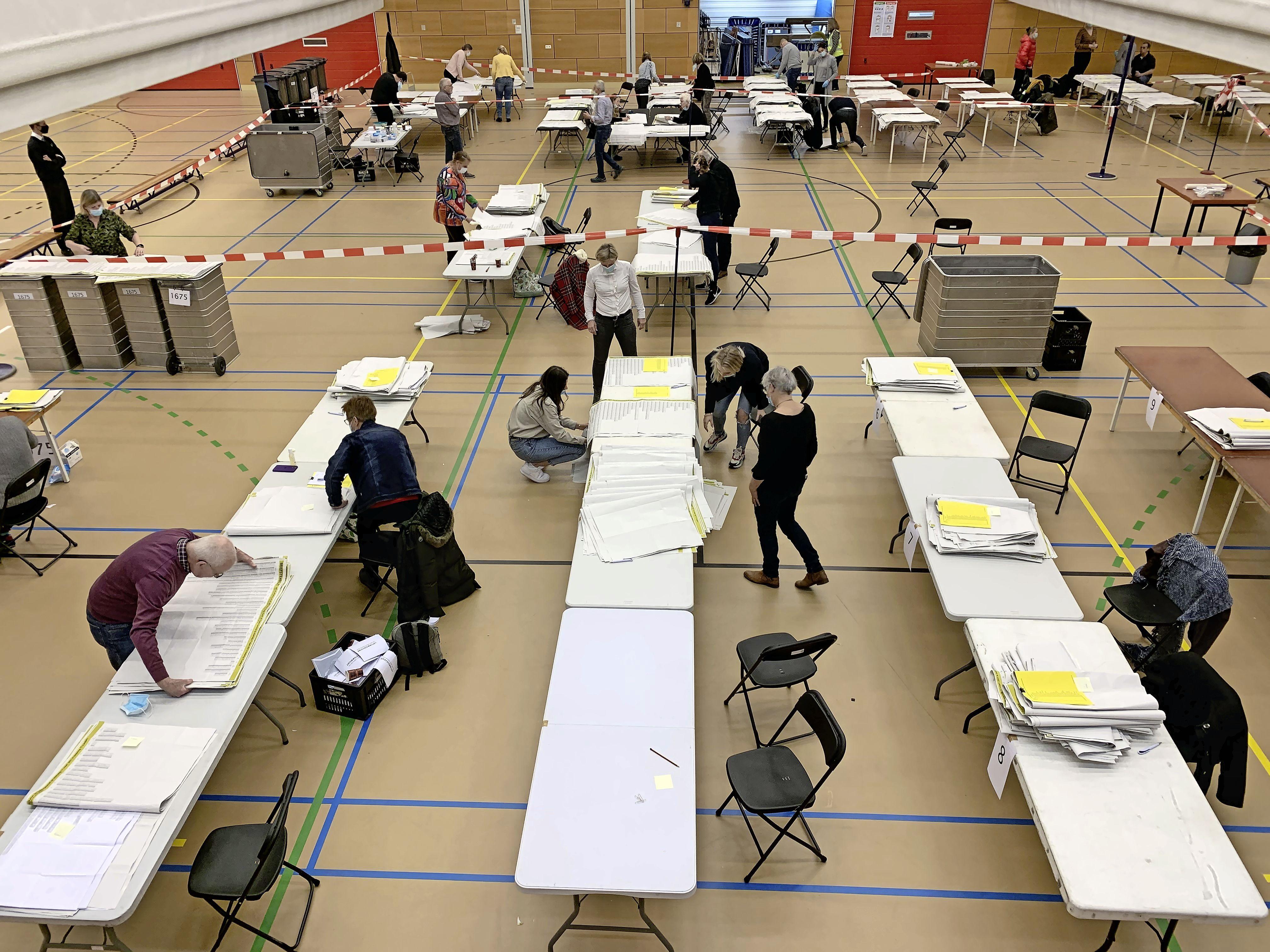 Stemmen tellen is al begonnen in de Limeshal in Alphen aan den Rijn: 'Door coronavoorschriften is het veel geordender dan anders'