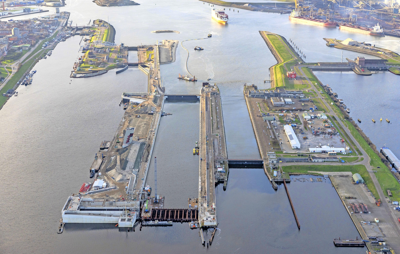 Sluisroute over het Noordzeekanaal gaat open voor fietsers en voetgangers. Auto's mogen er voorlopig nog niet over 'door onvoorziene omstandigheden'
