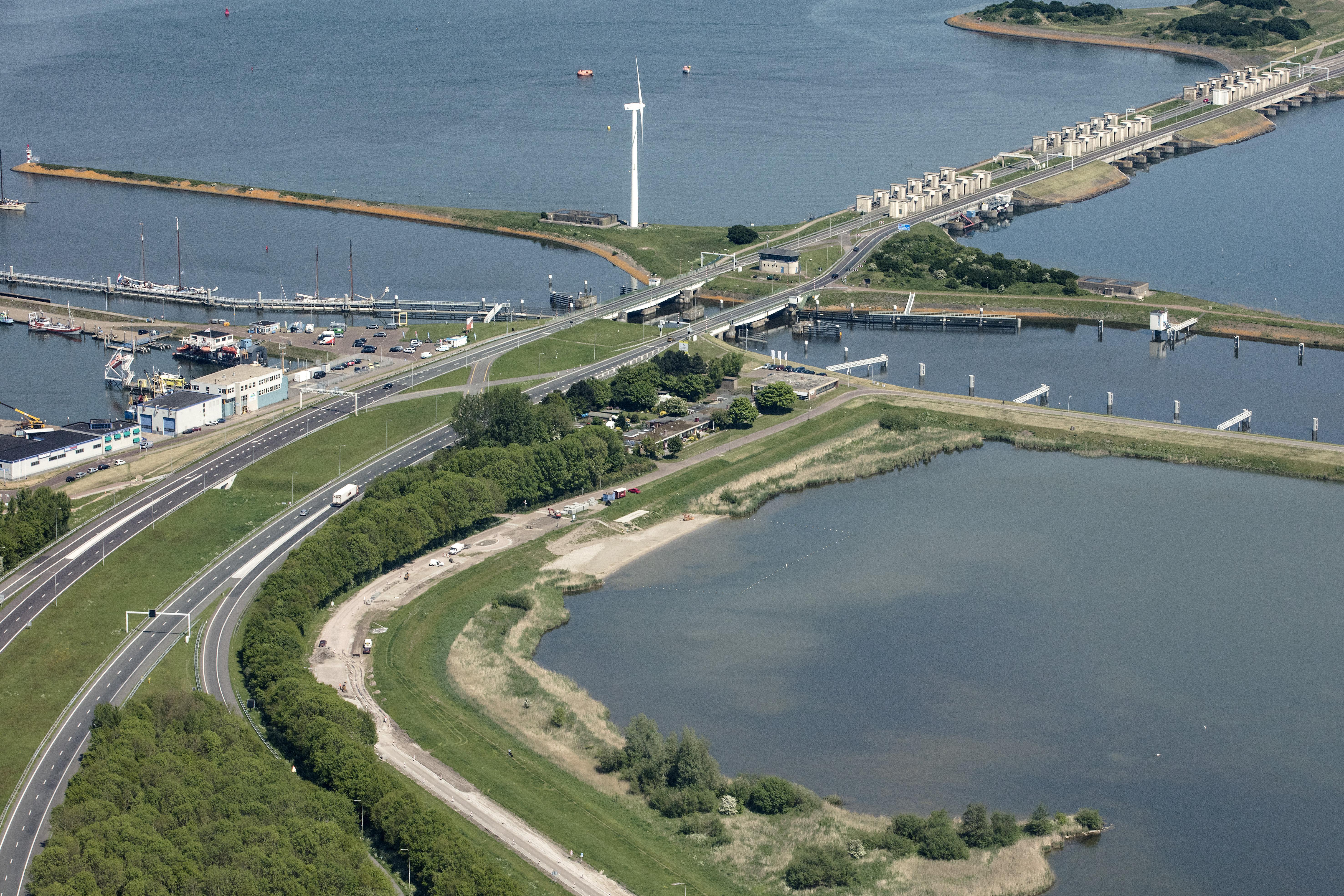 Spoedreparatie aan de Stevinsluizen in Den Oever leidt tot stremming voor de scheepvaart. De klus duurt zo'n veertig uur