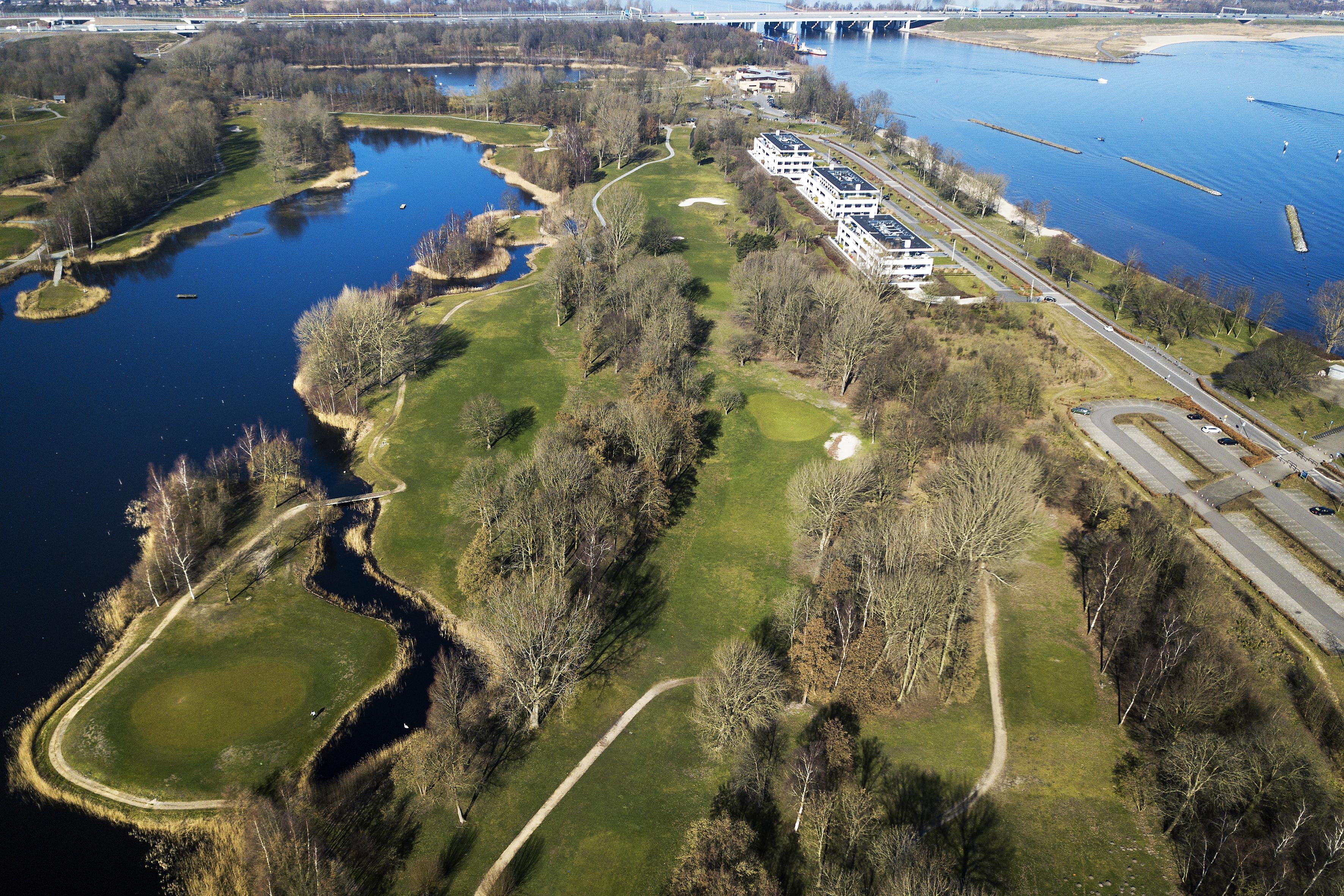 Golfbaan Naarderbos als alternatief voor zonnepark op bastion in de vesting? Eigenaar Michael van de Kuit biedt het aan