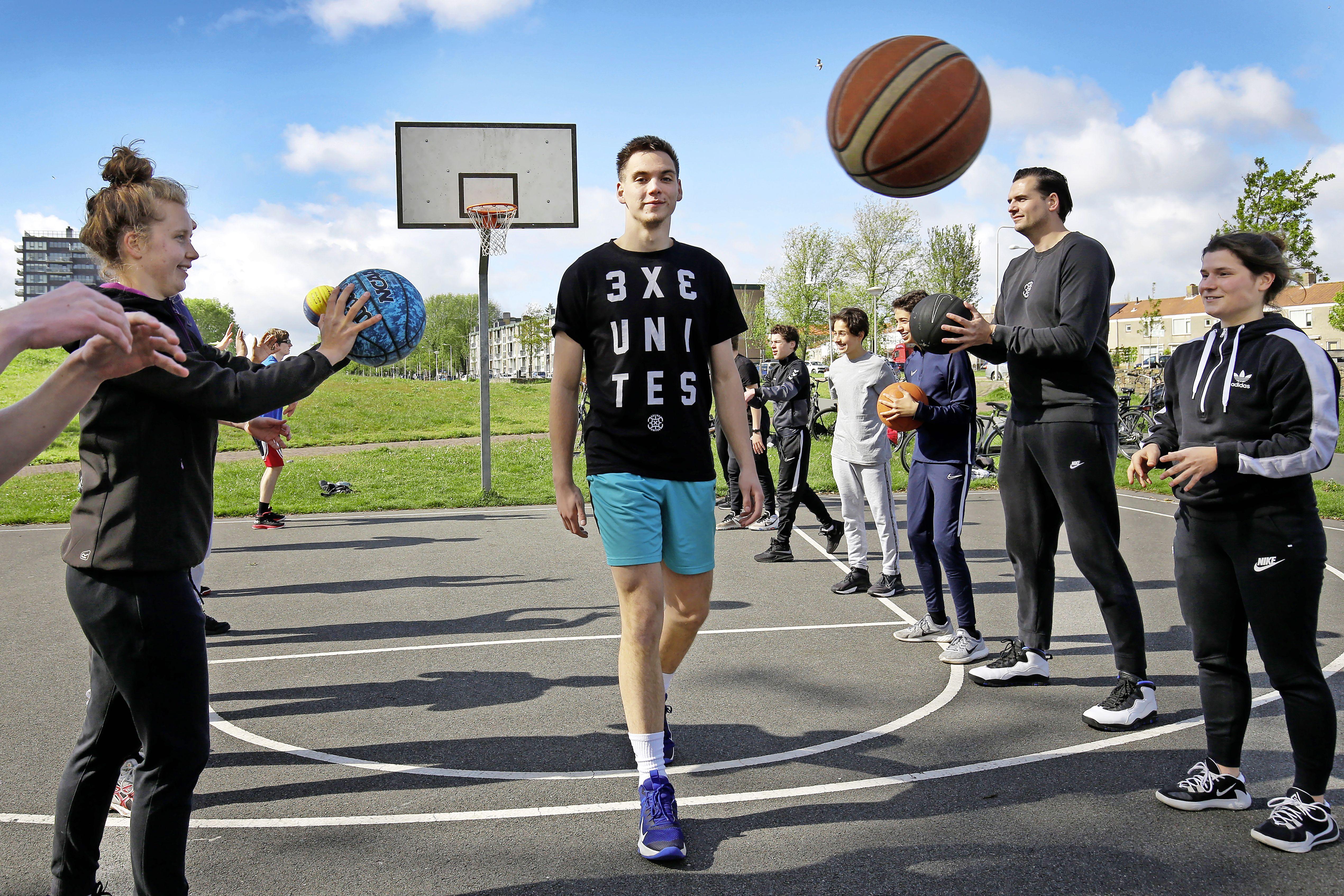 Basketballer Bas wil wat teruggeven aan 'zijn sport' 3x3. 'Je hebt elkaar kei- en keihard nodig. Het spel gaat supersnel, dus lang nazeuren heeft sowieso geen zin'