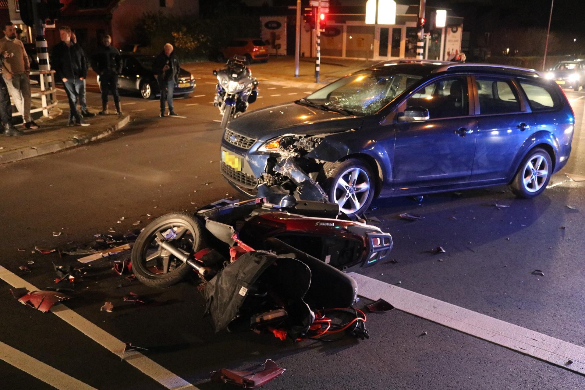 Scooterrijder geschept door auto op kruispunt in Lisse, ook veel blikschade