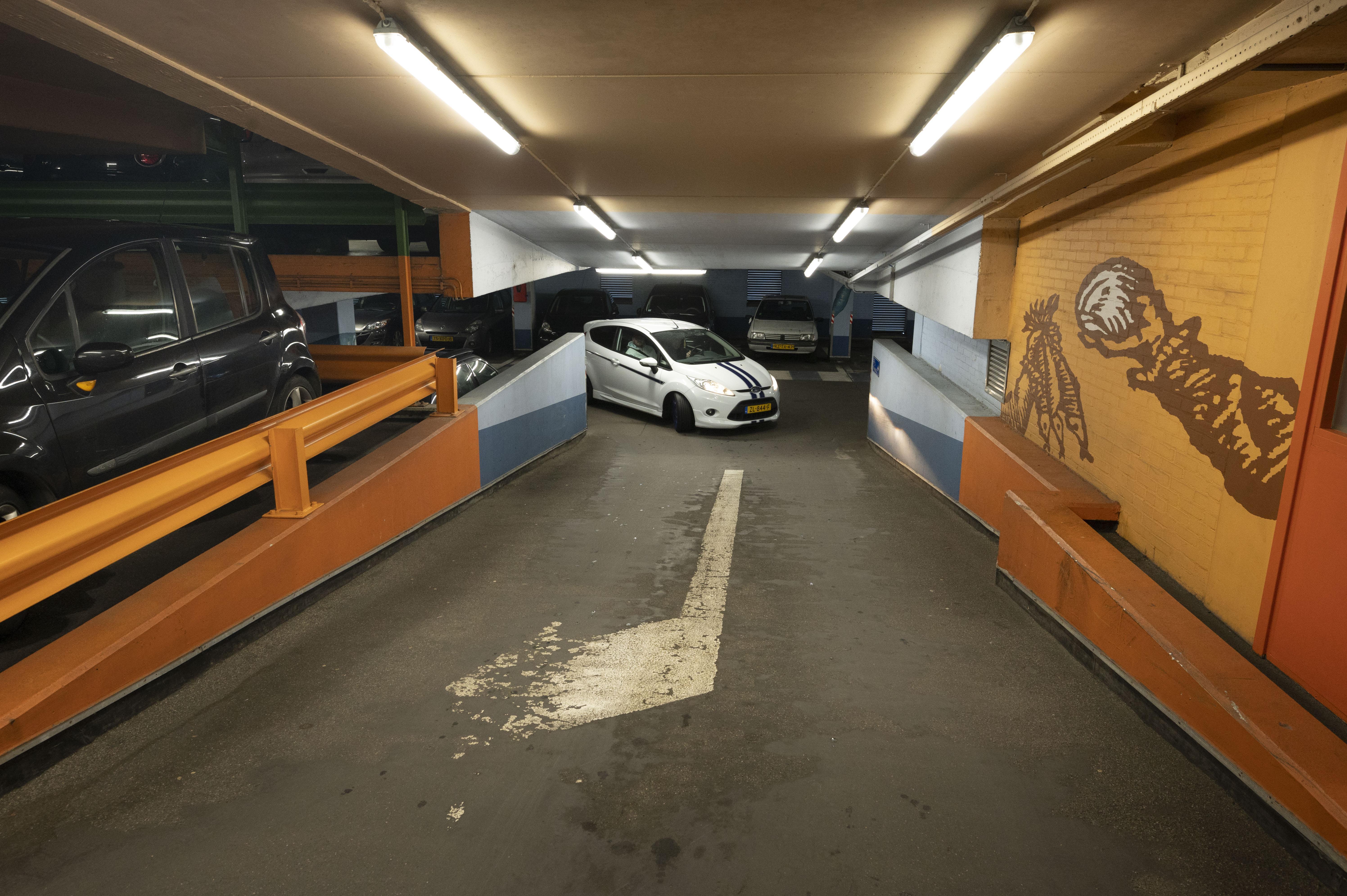 Aan het opknapplan van de bedompte parkeergarage wordt nog ijverig getekend
