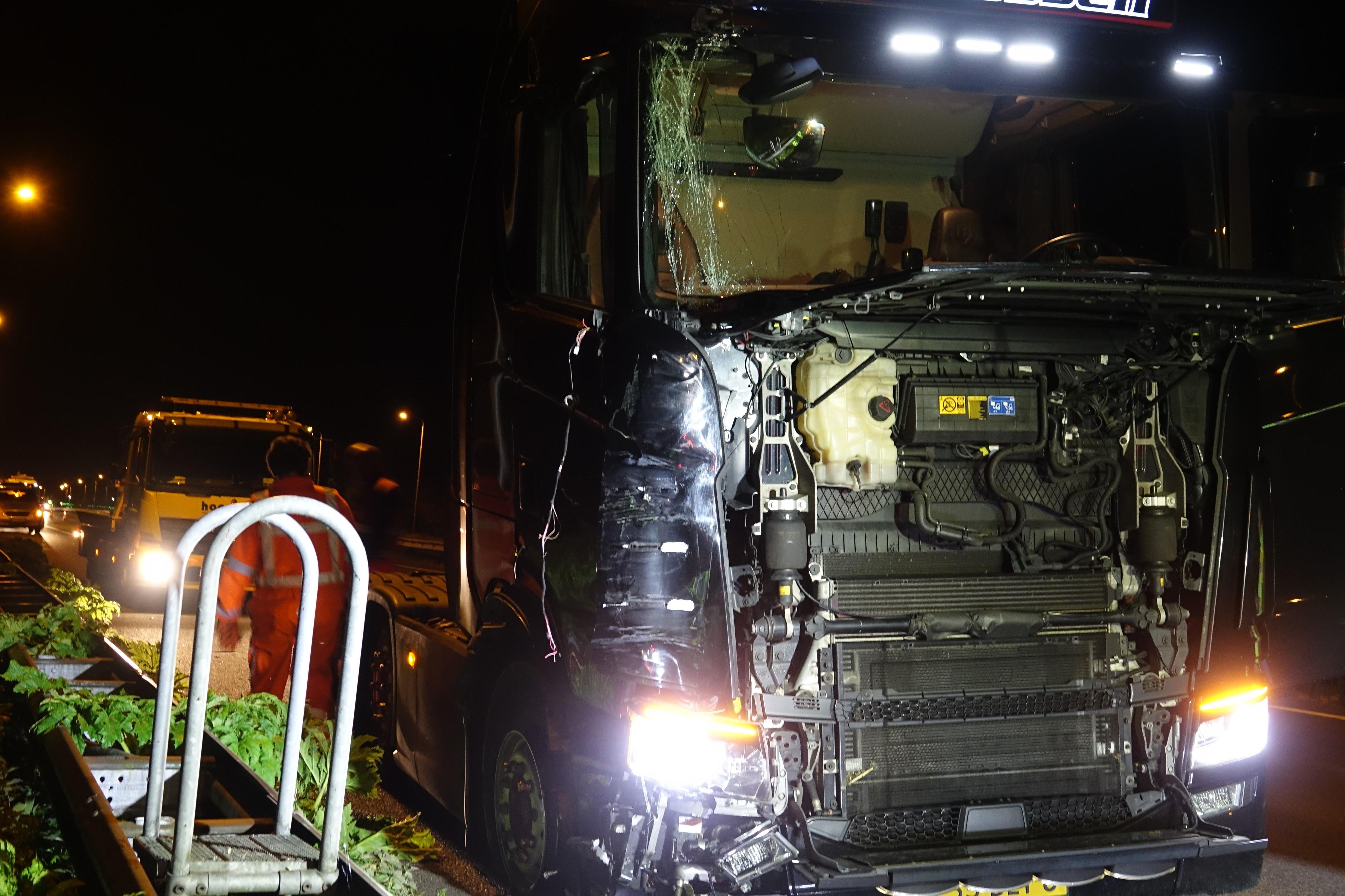 Vrachtwagen ramt pijlwagen op de A7 bij Beets
