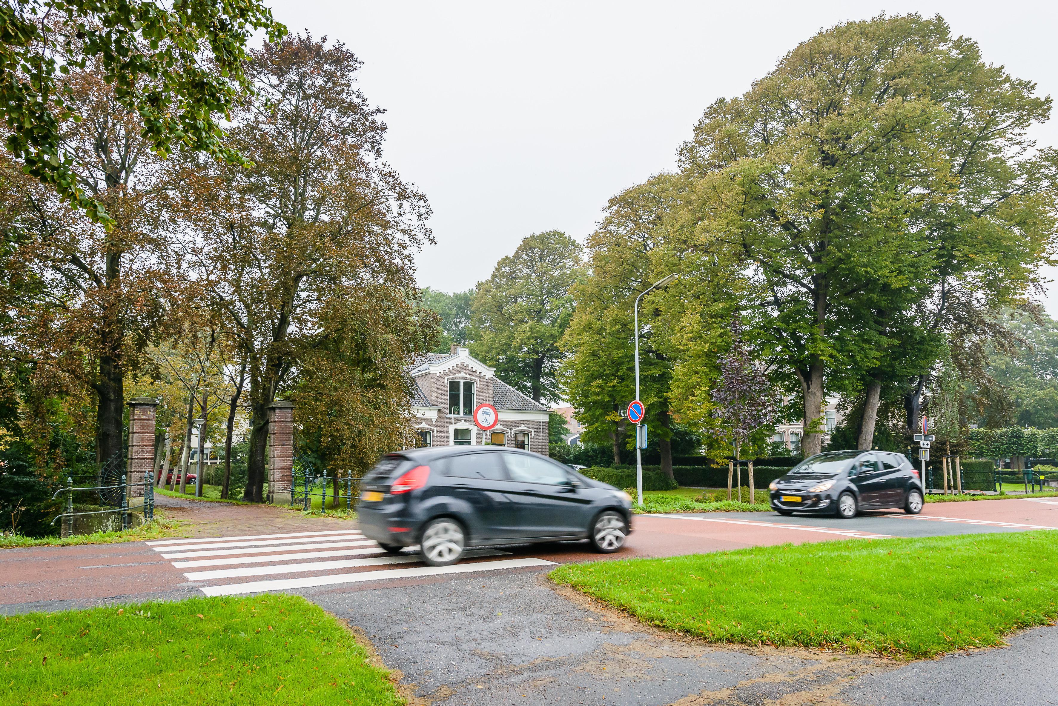 Ouders vrezen voor ongelukken door gevaarlijk zebrapad Middenweg in Middenbeemster: 'Vanmiddag werd hier een moeder bijna van haar sokken gereden'