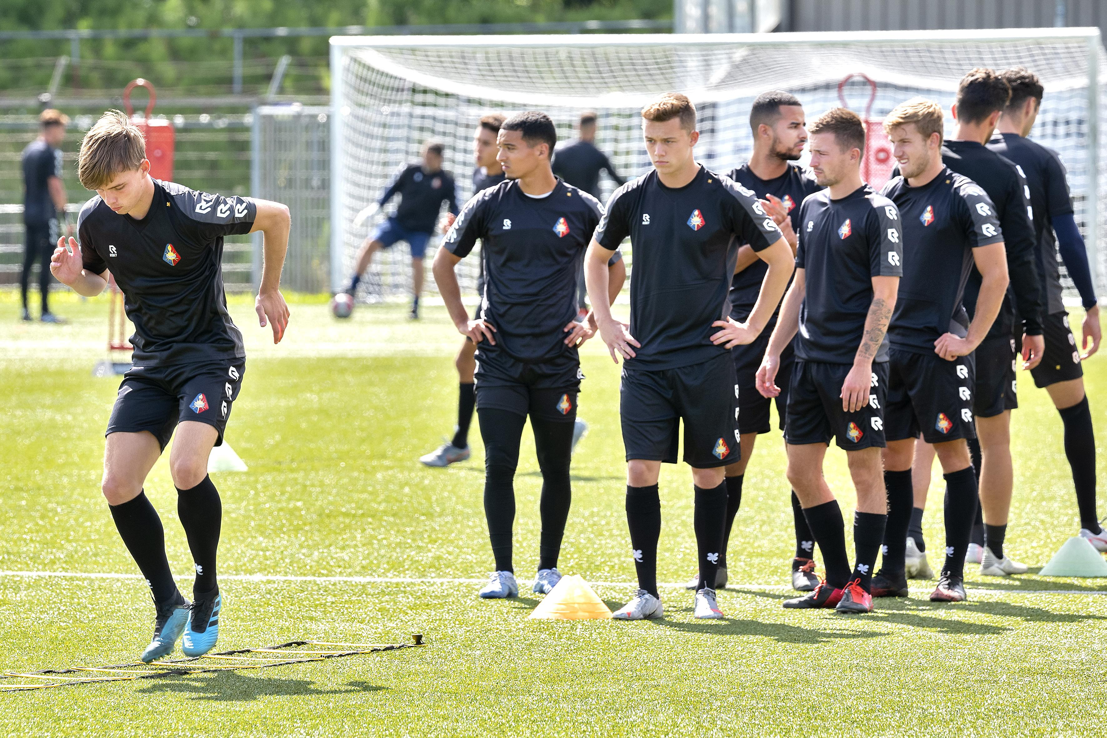 Supporters die training van Telstar door het hek moeten volgen zijn doorn in het oog van trainer Andries Jonker: 'Ik blijf hoop houden op publiek bij oefenwedstrijden'