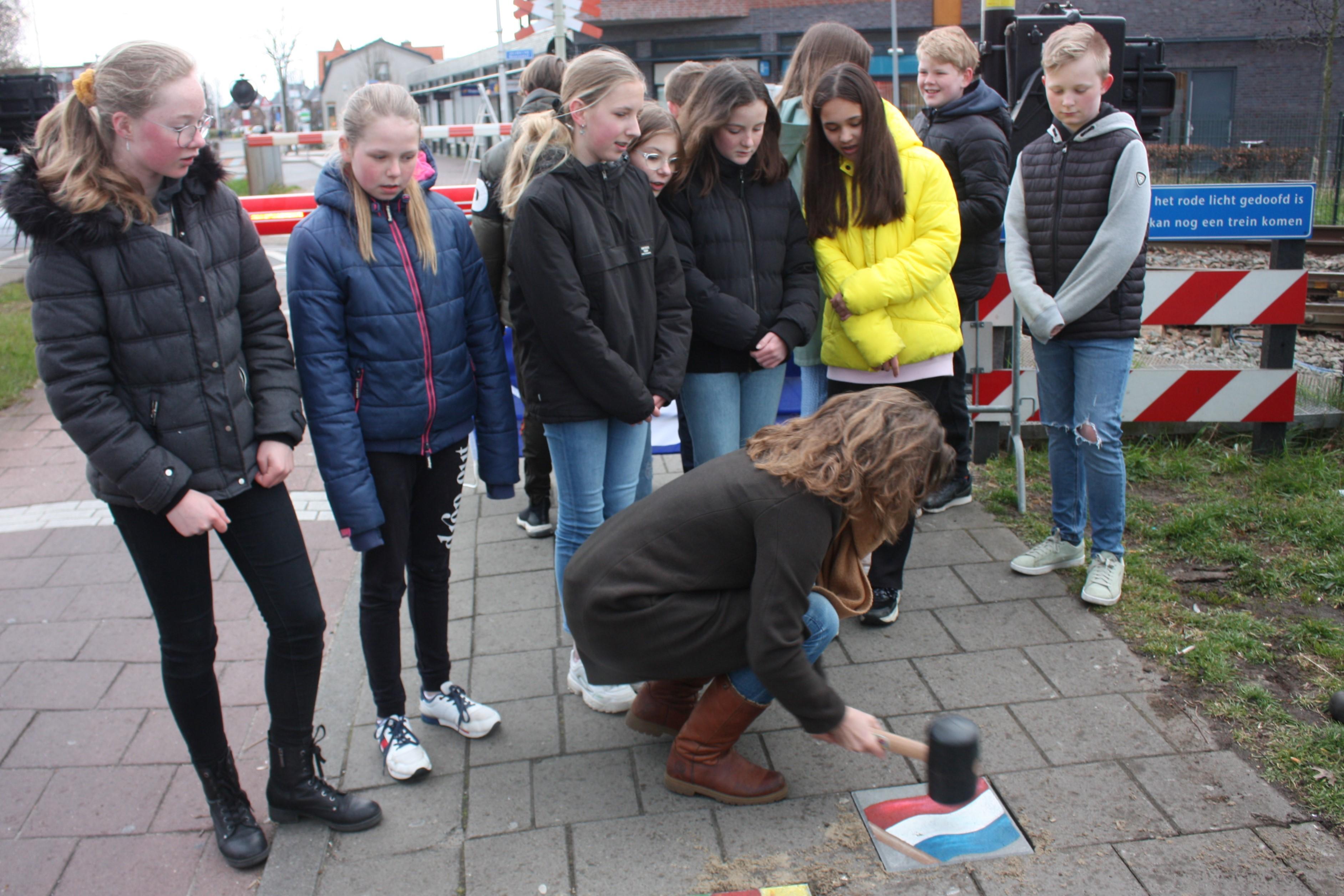 Stoeptegels in Voorhout herinneren aan 75 jaar bevrijding