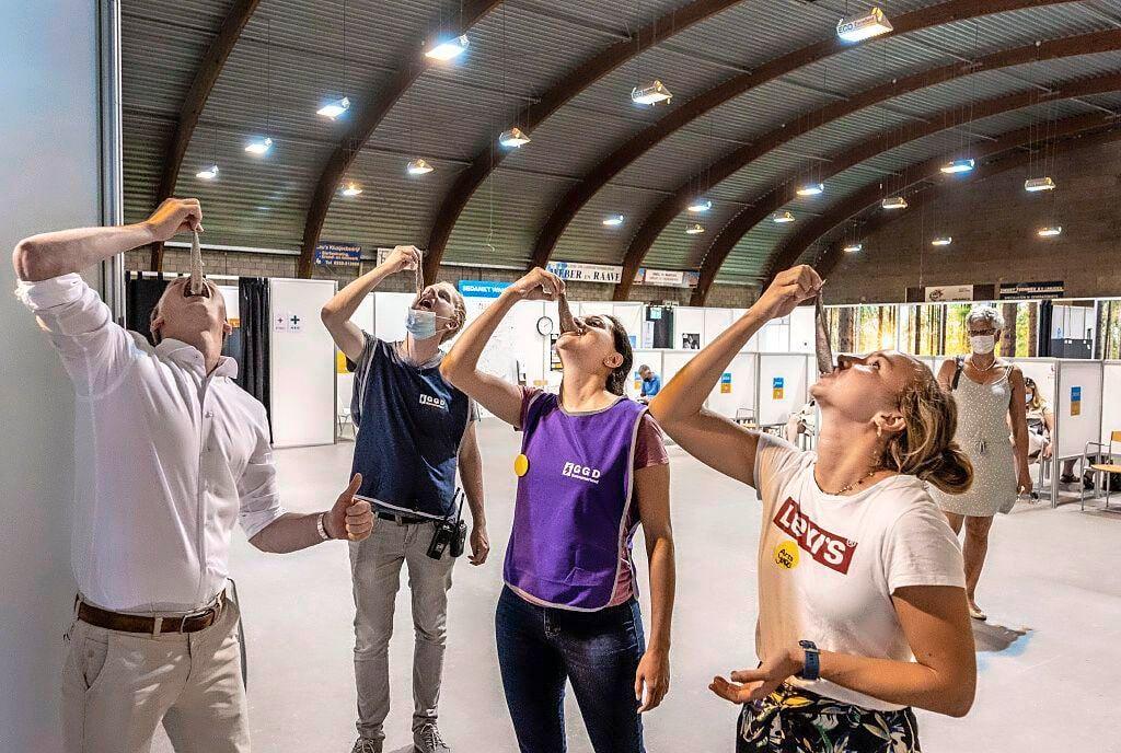 'Ik voel me nu ook weer een Hollandse Nieuwe.' Gratis haring na de vaccinatie in IJmuiden