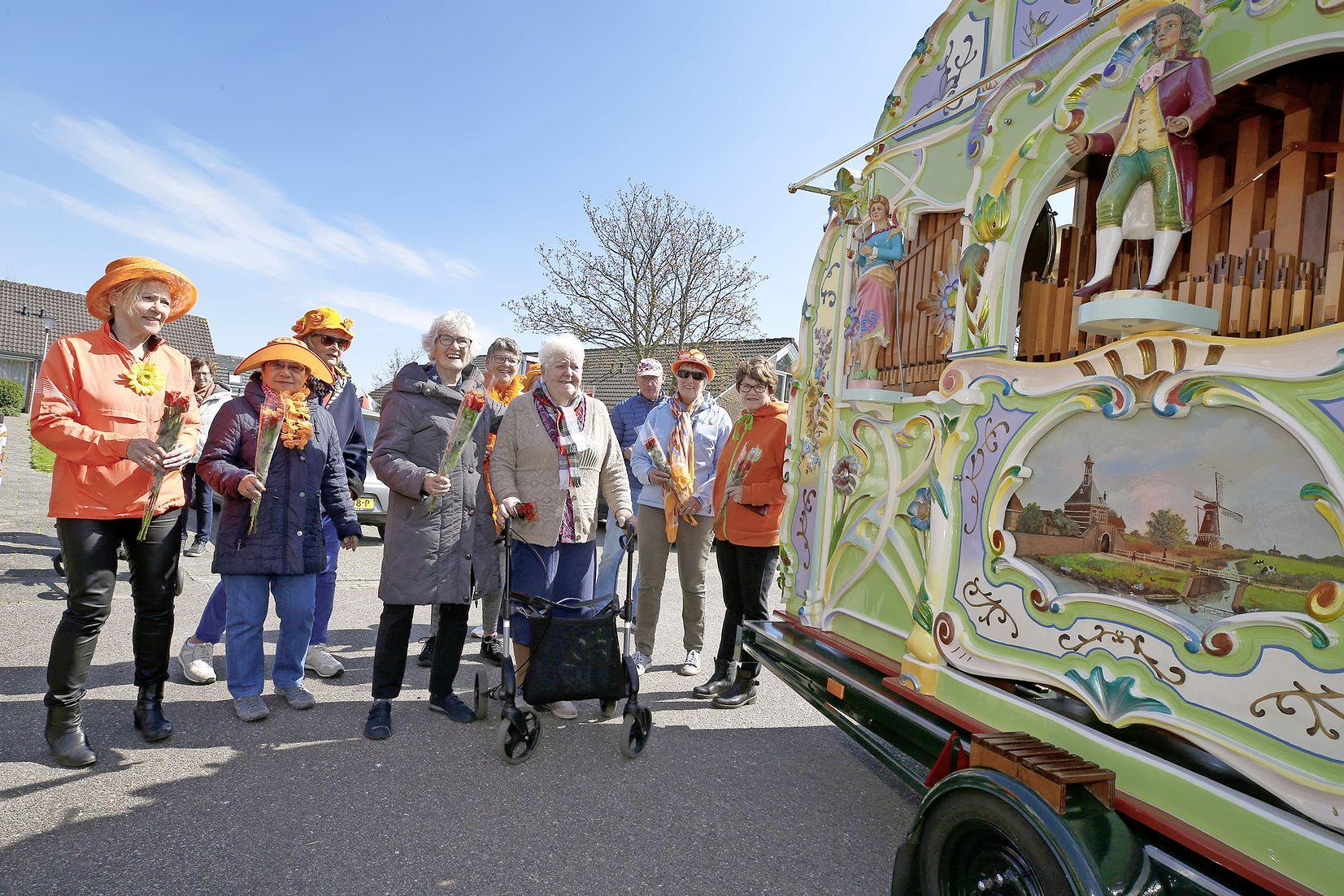 Draaiorgel plus Koningsdag-verrassing echte opkikker voor 125 Jozefpark-bewoners in Tuitjenhorn