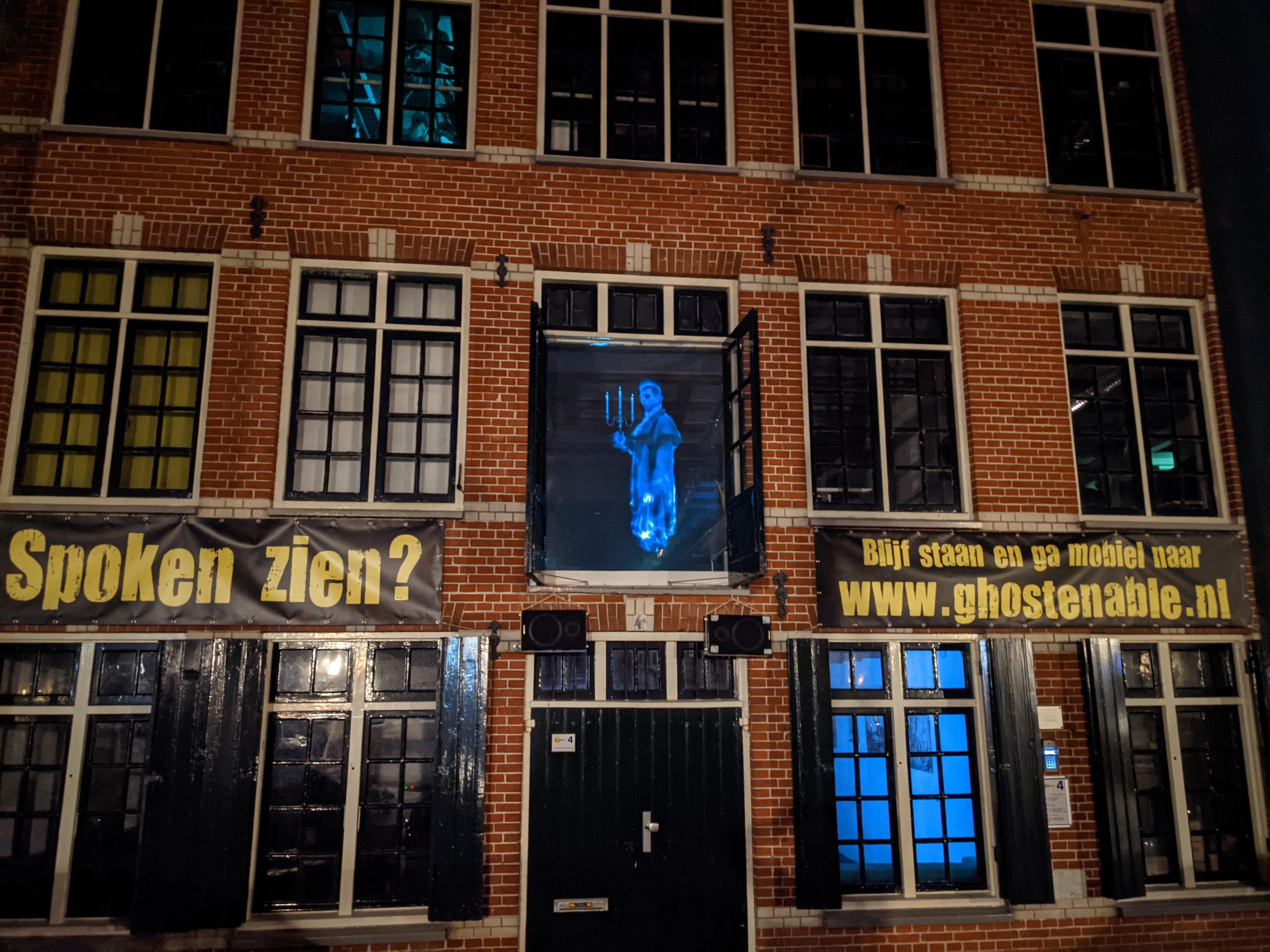 Coronaproof griezelen aan de Bierkade in Hoorn. Met één druk op de knop komen de spoken tevoorschijn [video]