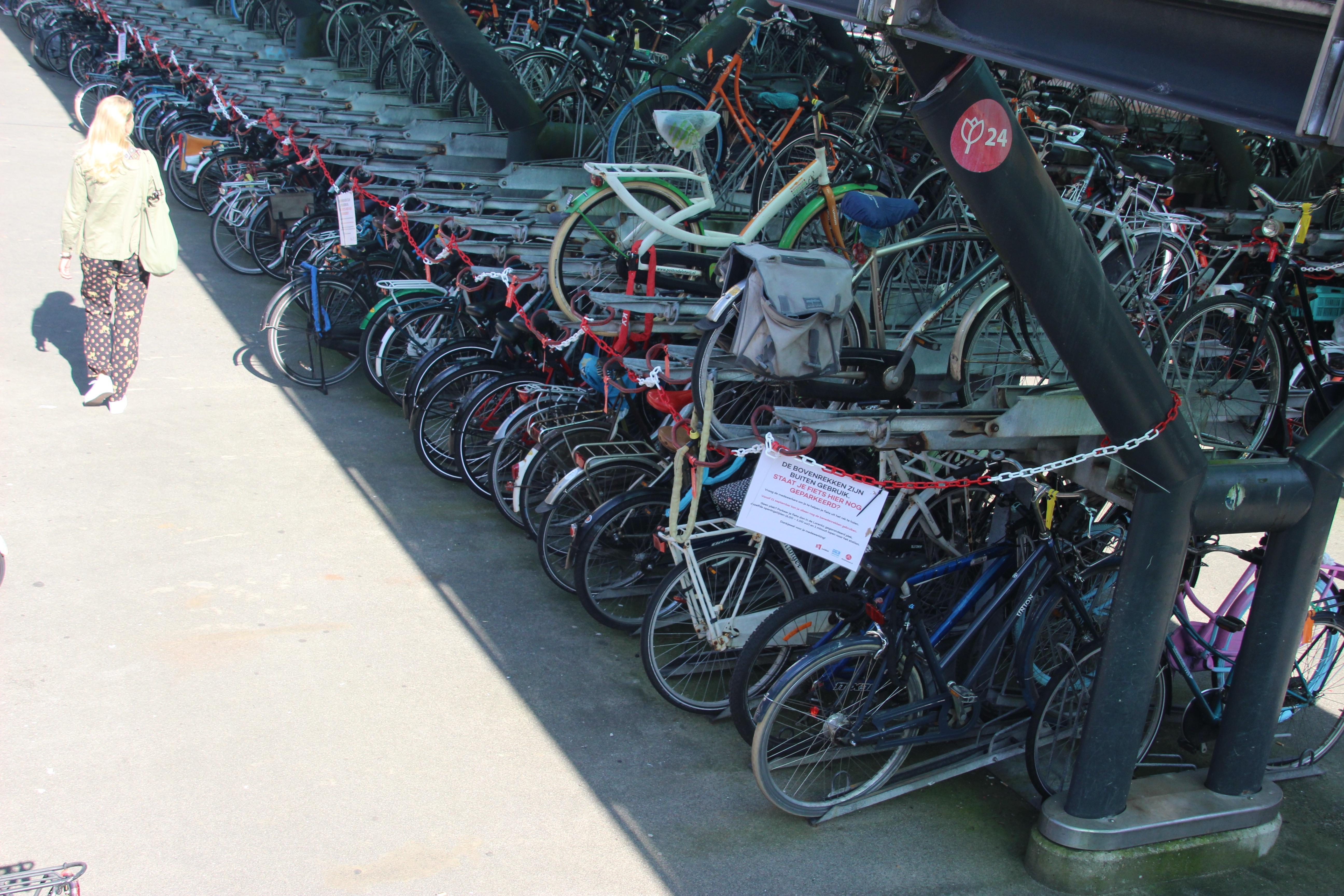 Gemeente sluit piepende fietsenrekken bij station Leiden af