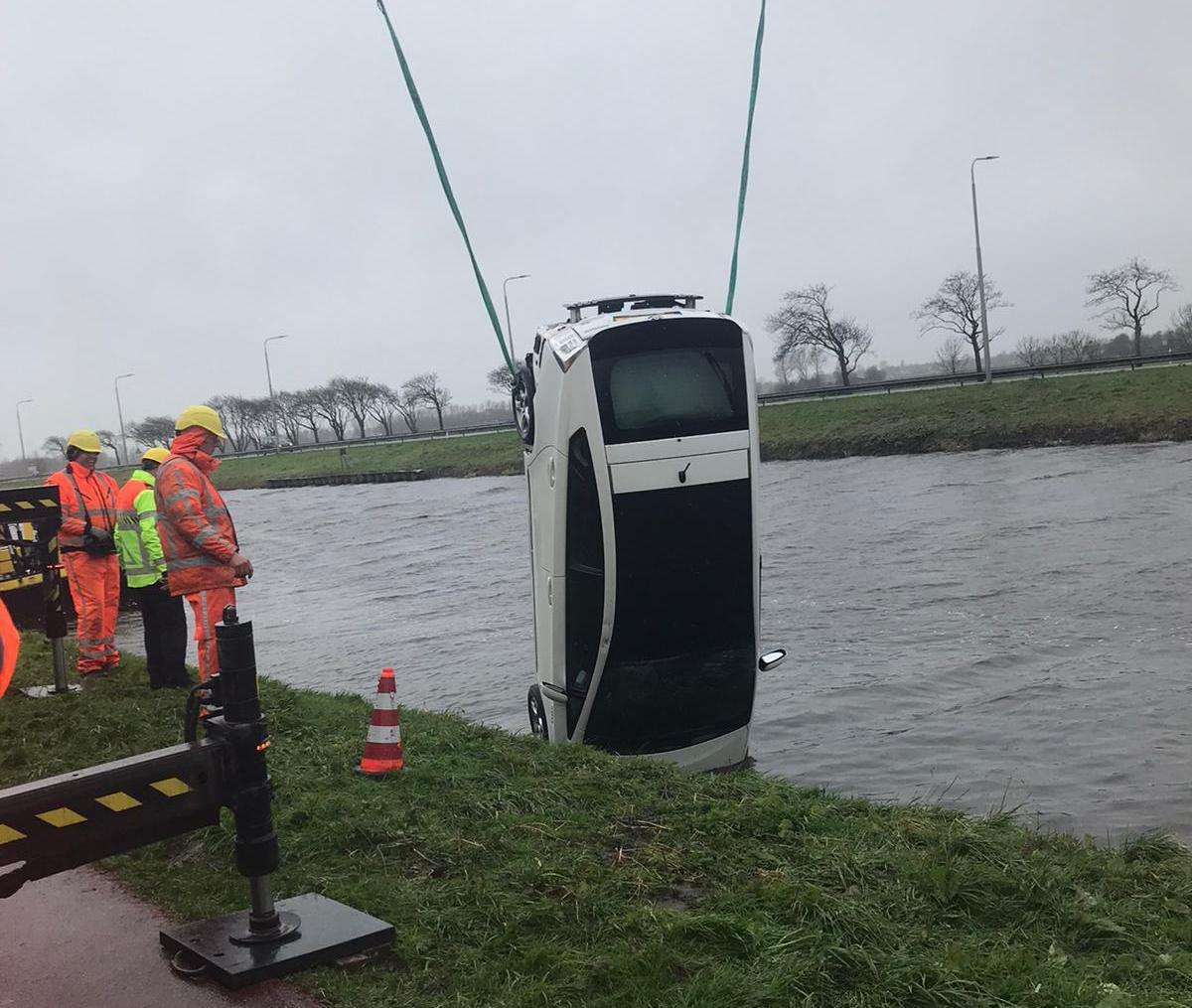Auto raakt na ongeval zoek in kanaal in Koedijk, inmiddels weer opgetakeld [update]