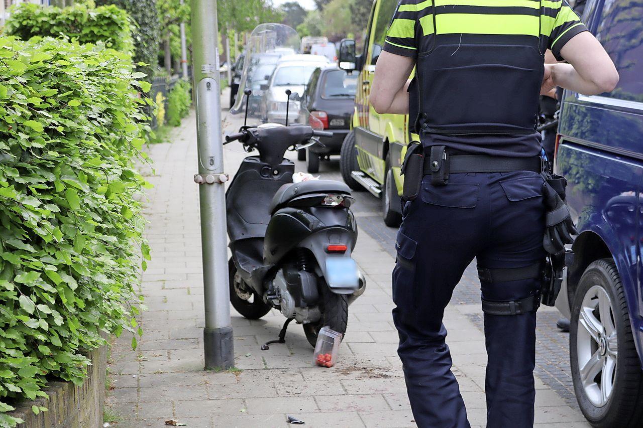 Scooterrijder vlucht na ongeval in Hillegom; slachtoffer aangereden op de stoep