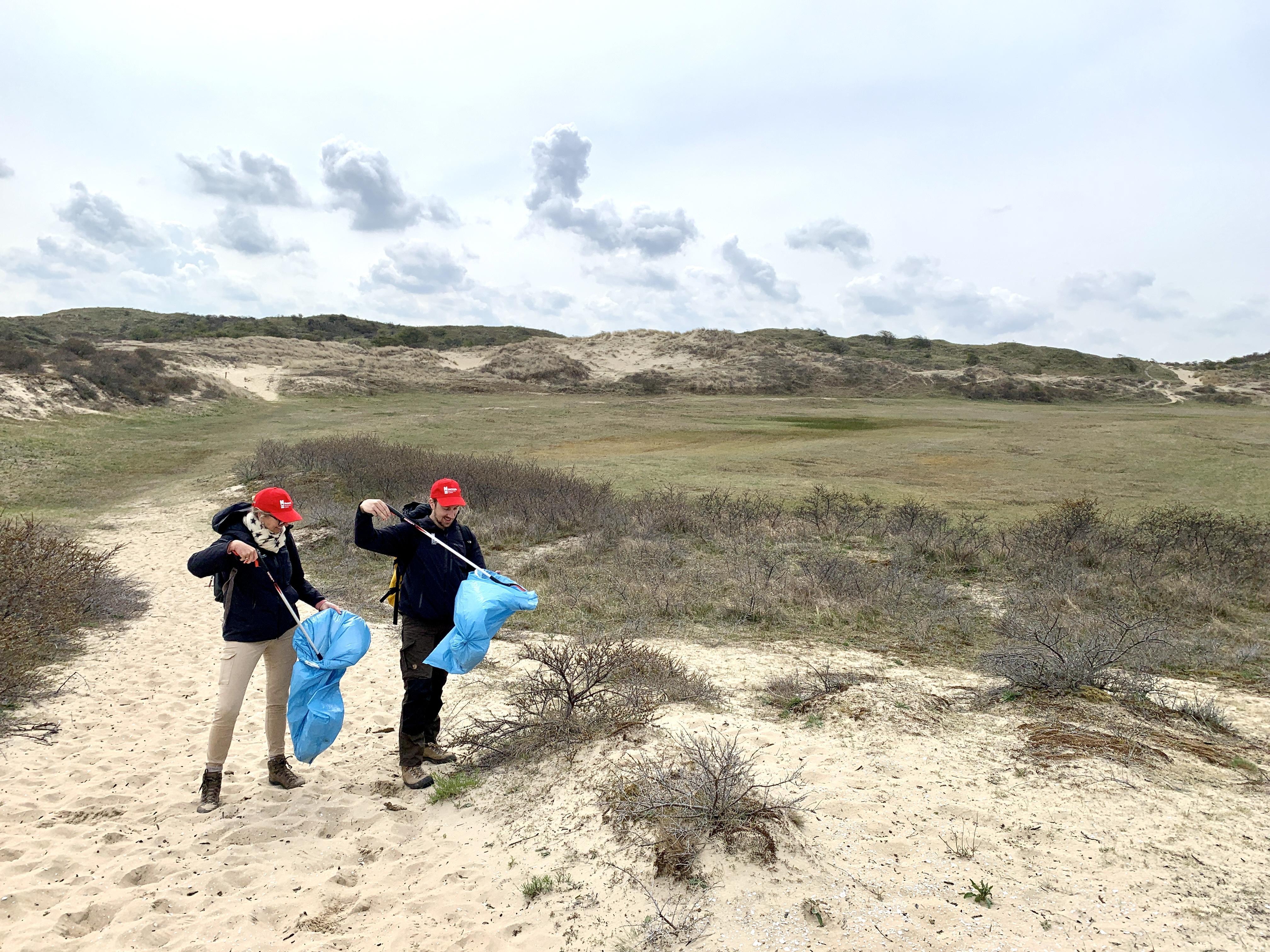 Met Naturalispet en knijpstok de duinen in: publieksmedwerkers deze maand uitgeleend aan Staatsbosbeheer, want in de natuur is nu veel meer te doen