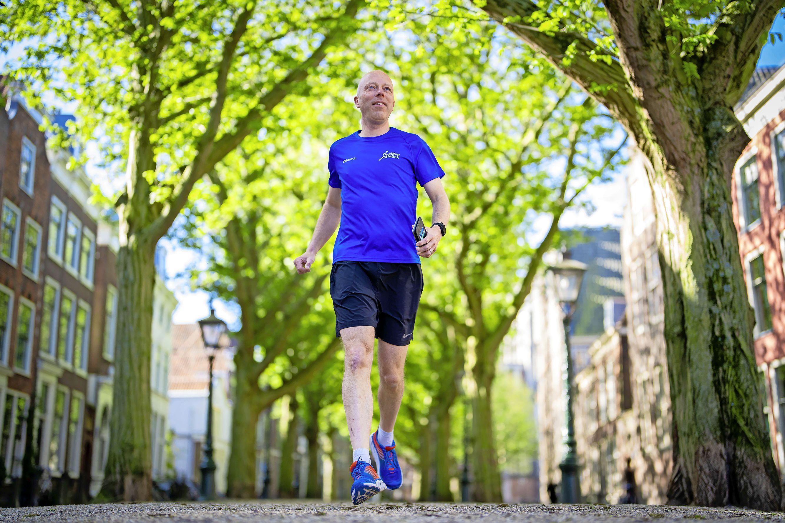 Hardloper Joris Bongers (44) loopt door alle straten van Leiden: 'Sommige Leidenaars vinden het gek dat ik zelfs de doodlopende straatjes in ren'