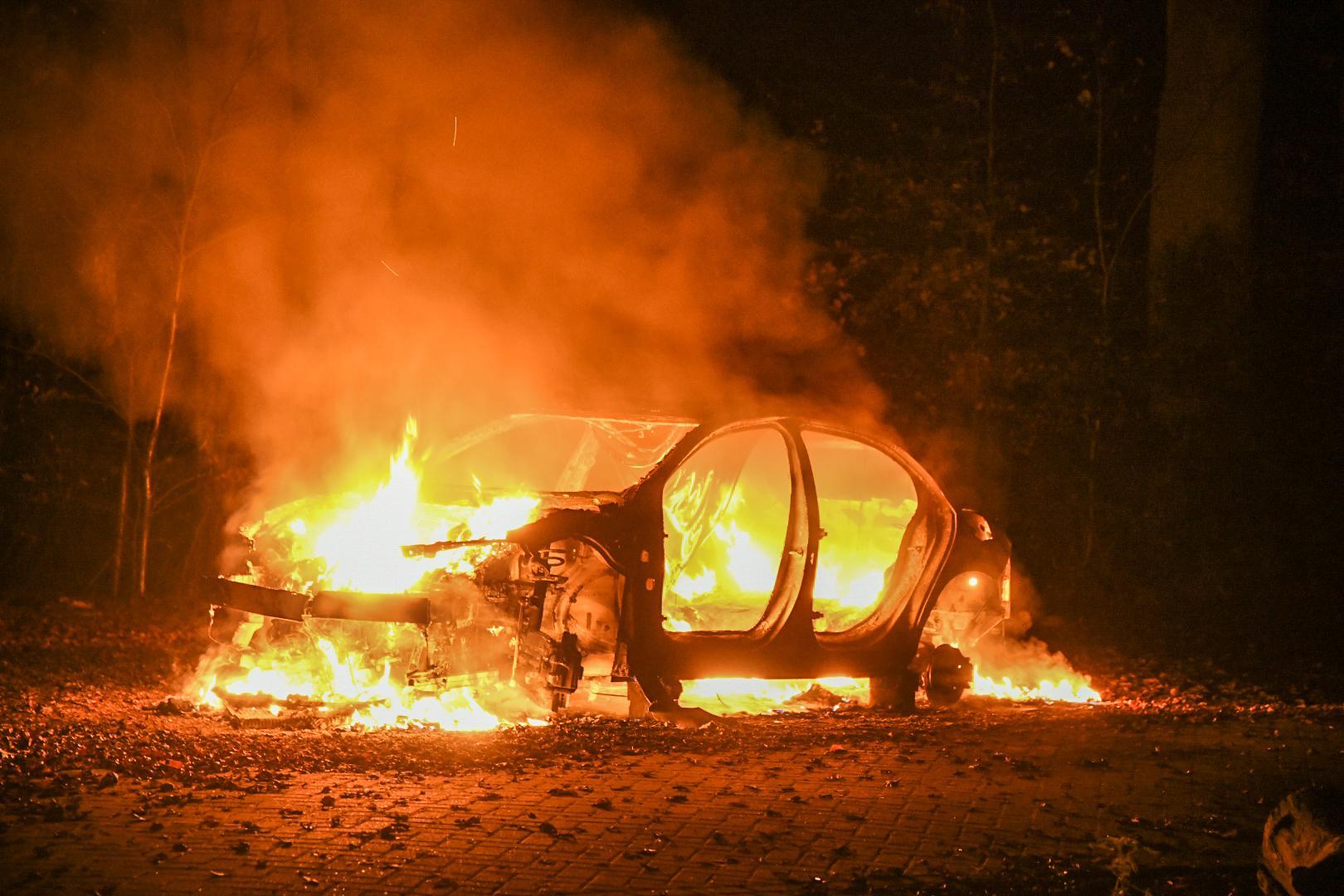 Auto gestript en volledig uitgebrand in bos in Lage Vuursche