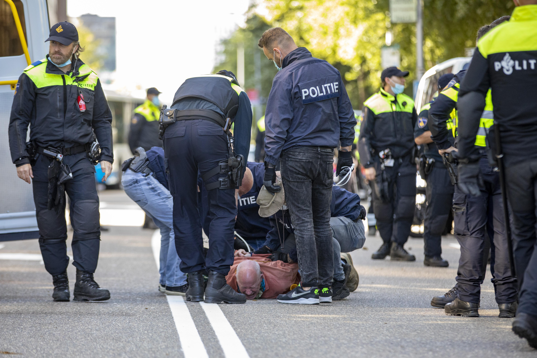 Krapte bij politie 'fenomenaal', agenten draaien langere diensten, surveilleren solo en worden extra snel getest op corona