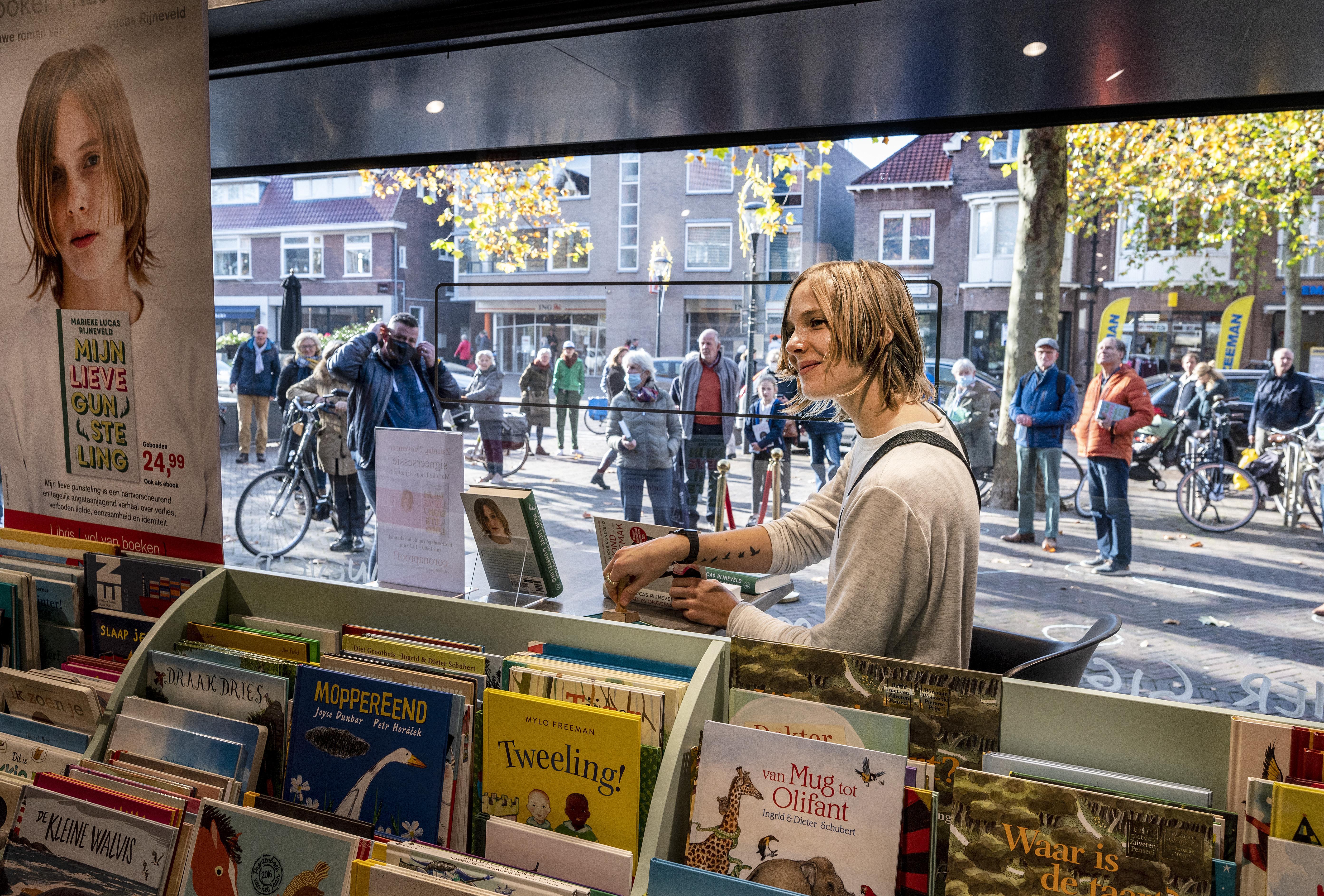 Marieke Lucas Rijneveld 'de Messi van de literatuur' signeert in Haarlem en Heemstede