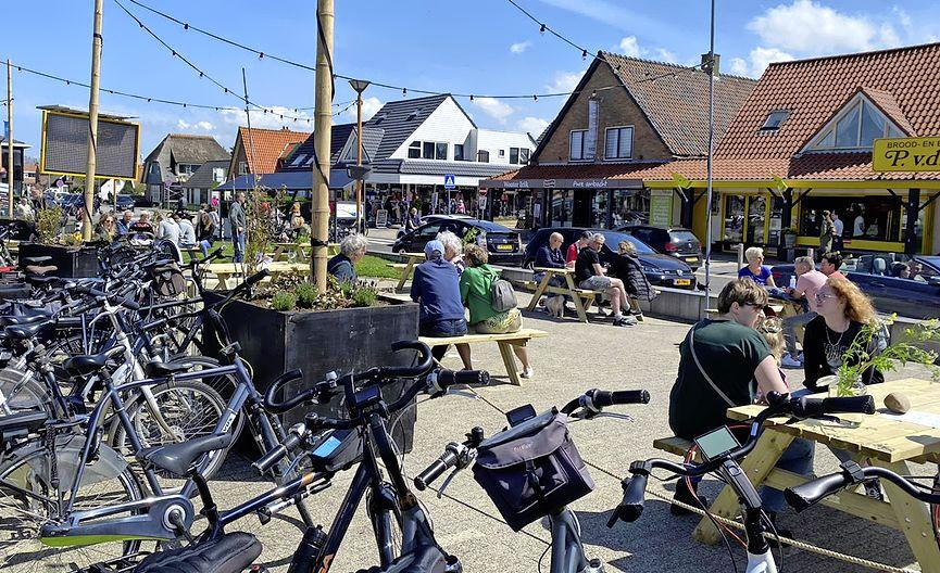 Tien ondernemers in Callantsoog delen één terras waar klanten hun afhaalmaaltijd kunnen opeten. 'We moeten er samen doorheen'
