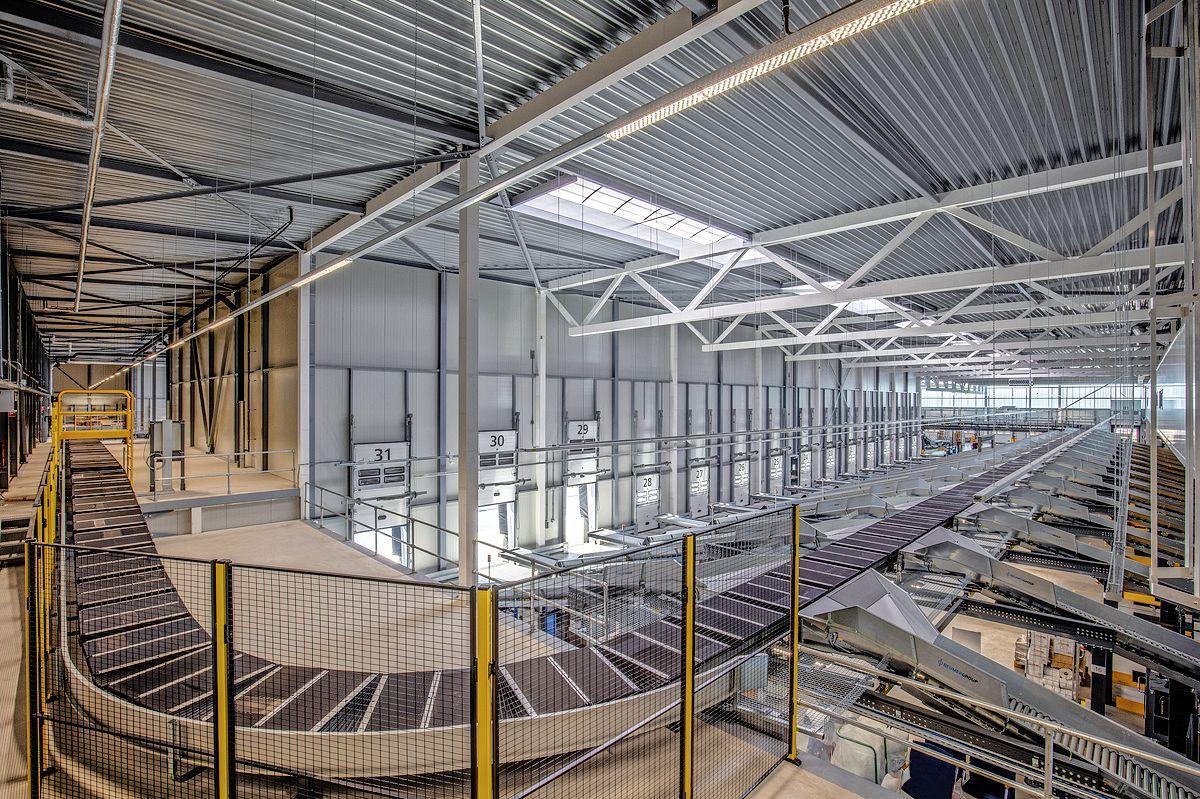 PostNL opent nieuw pakkettensorteercentrum in Westzaan; dagelijks gaan 40.000 pakjes vanuit Hoogtij naar klanten