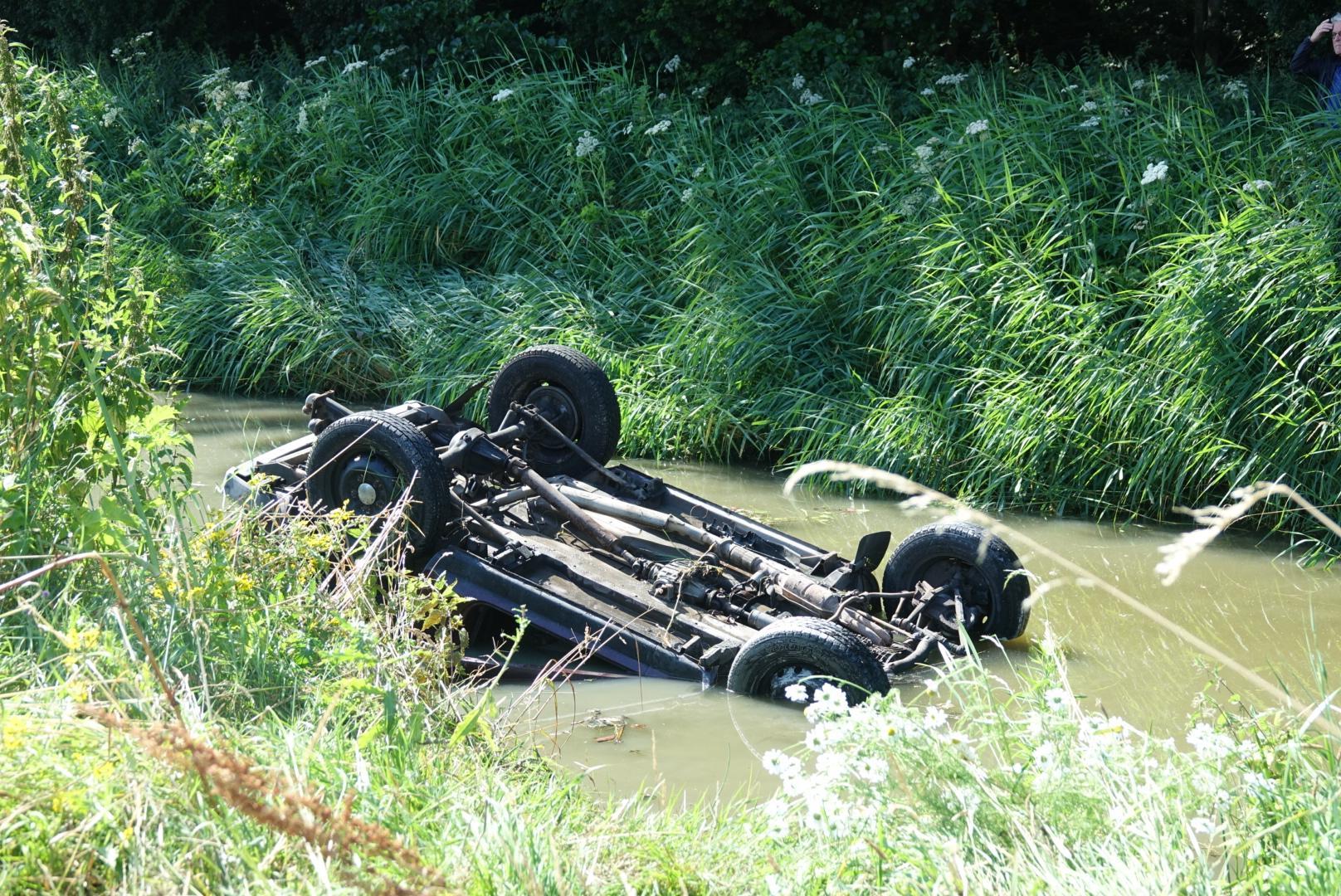 Auto op de kop in het water langs N194 bij Avenhorn; hond overleden