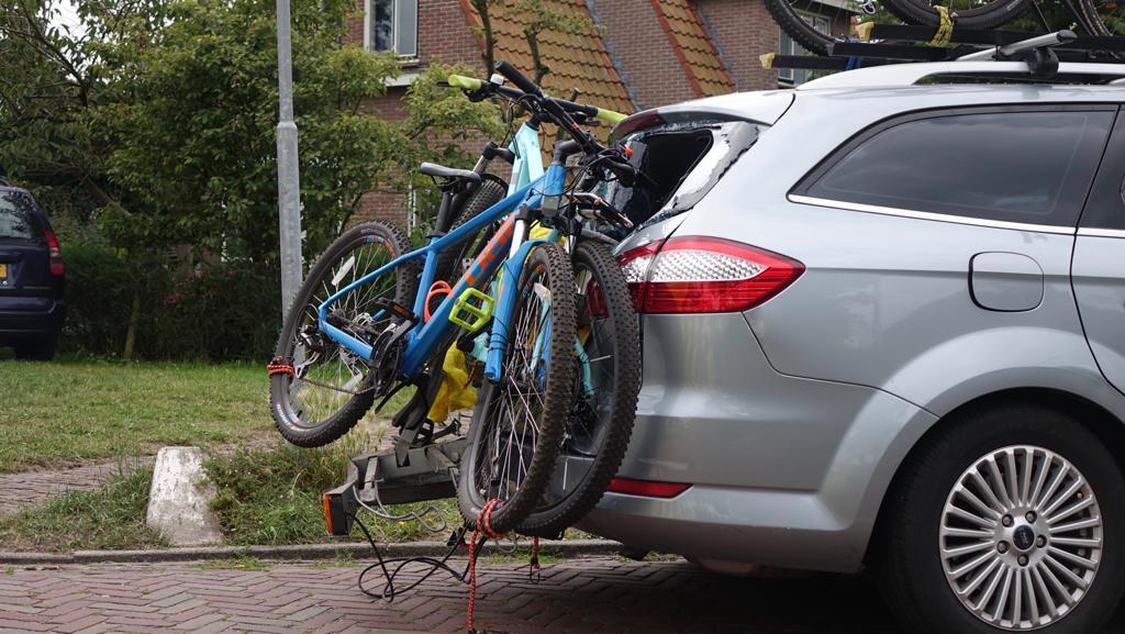 Scooterrijders gewond bij botsing tegen auto met fietsendrager in Bergen