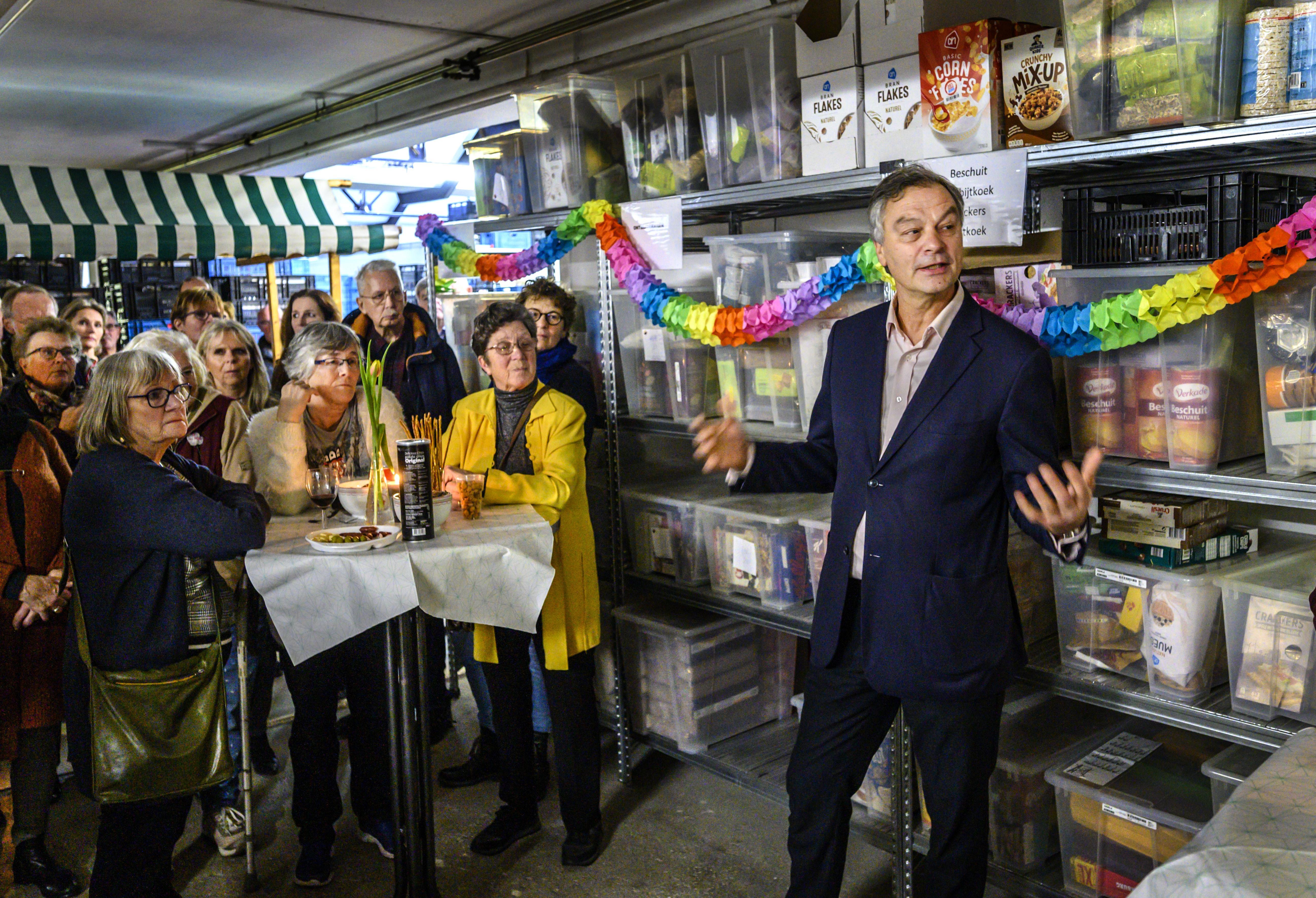 Feestelijk, maar wel met sneer van voorzitter naar de pandeigenaar: vernieuwde Voedselbank Haarlem nu echt open