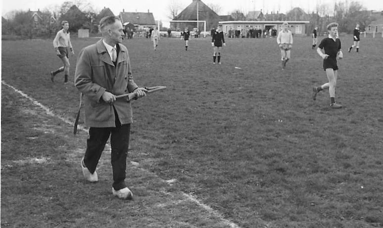 De voetbal, dat ís 'Nierup'. Voetbalvereniging Nieuwe Niedorp bestaat honderd jaar. Jubileumboek schetst óók een mooi dorpsbeeld