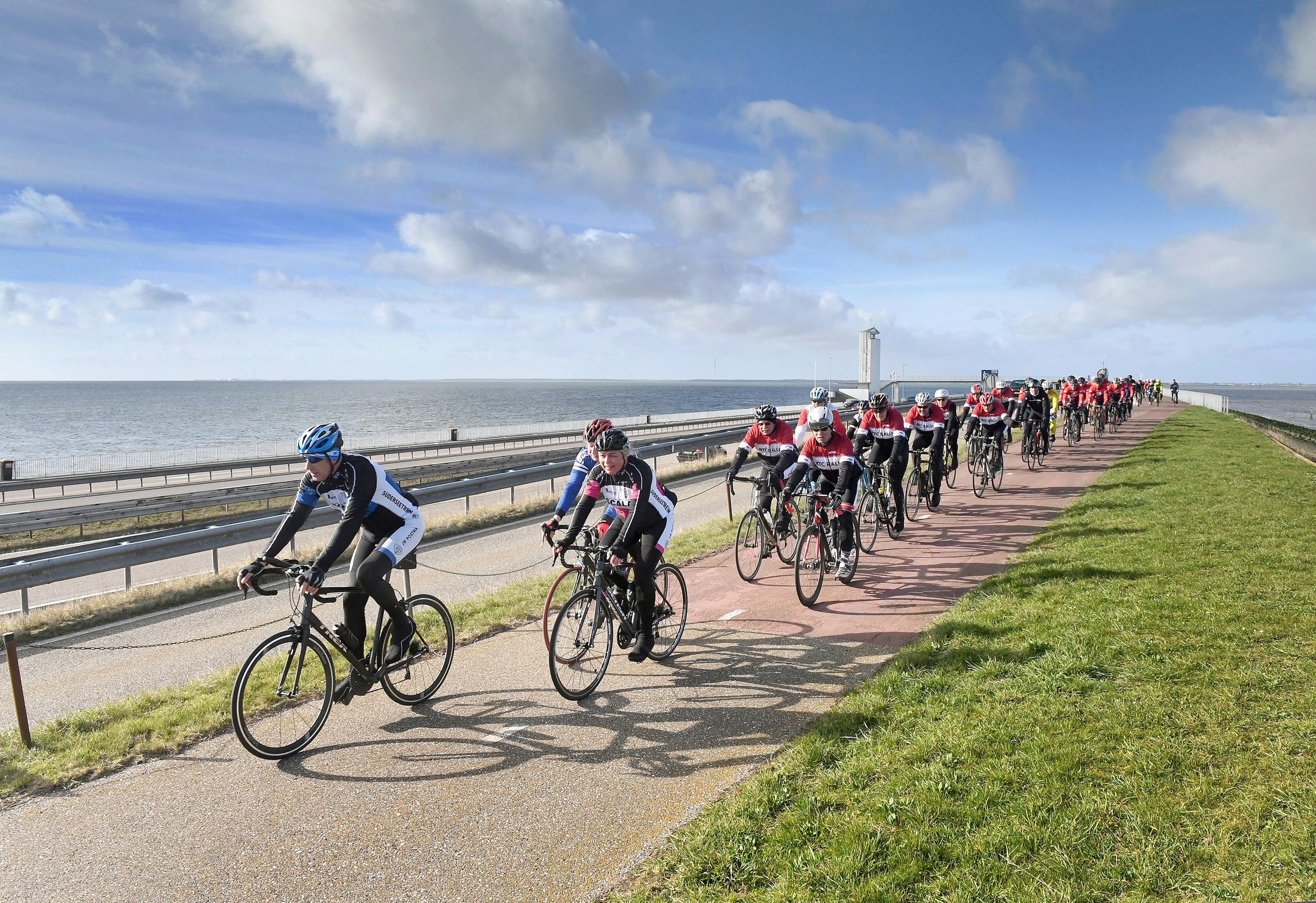 Pas in 2025 weer fietsen over de Afsluitdijk. Wielrenners protesteren met #Odeaandeafsluitdijk. 'Dat nieuwe pad lijkt me geweldig, maar dan moet ik dus wel 82 worden'