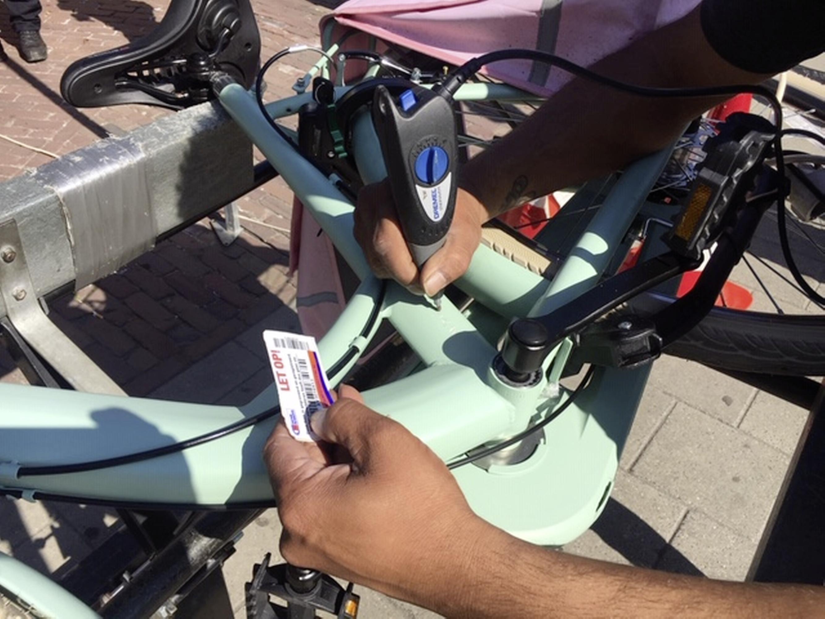 Trotse fietseigenaren in Hoorn 'nemen het zekere voor het onzekere' en graveren een registratienummer in hun tweewieler