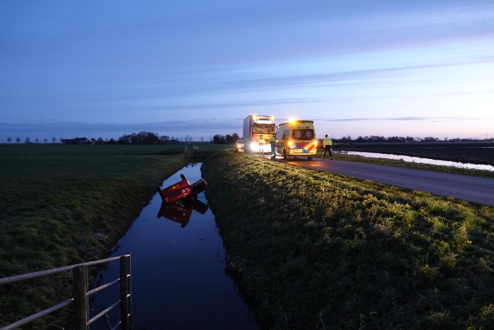 Vrachtwagenchauffeur ziet brommobiel met bestuurder op de kop in de sloot in Berkhout