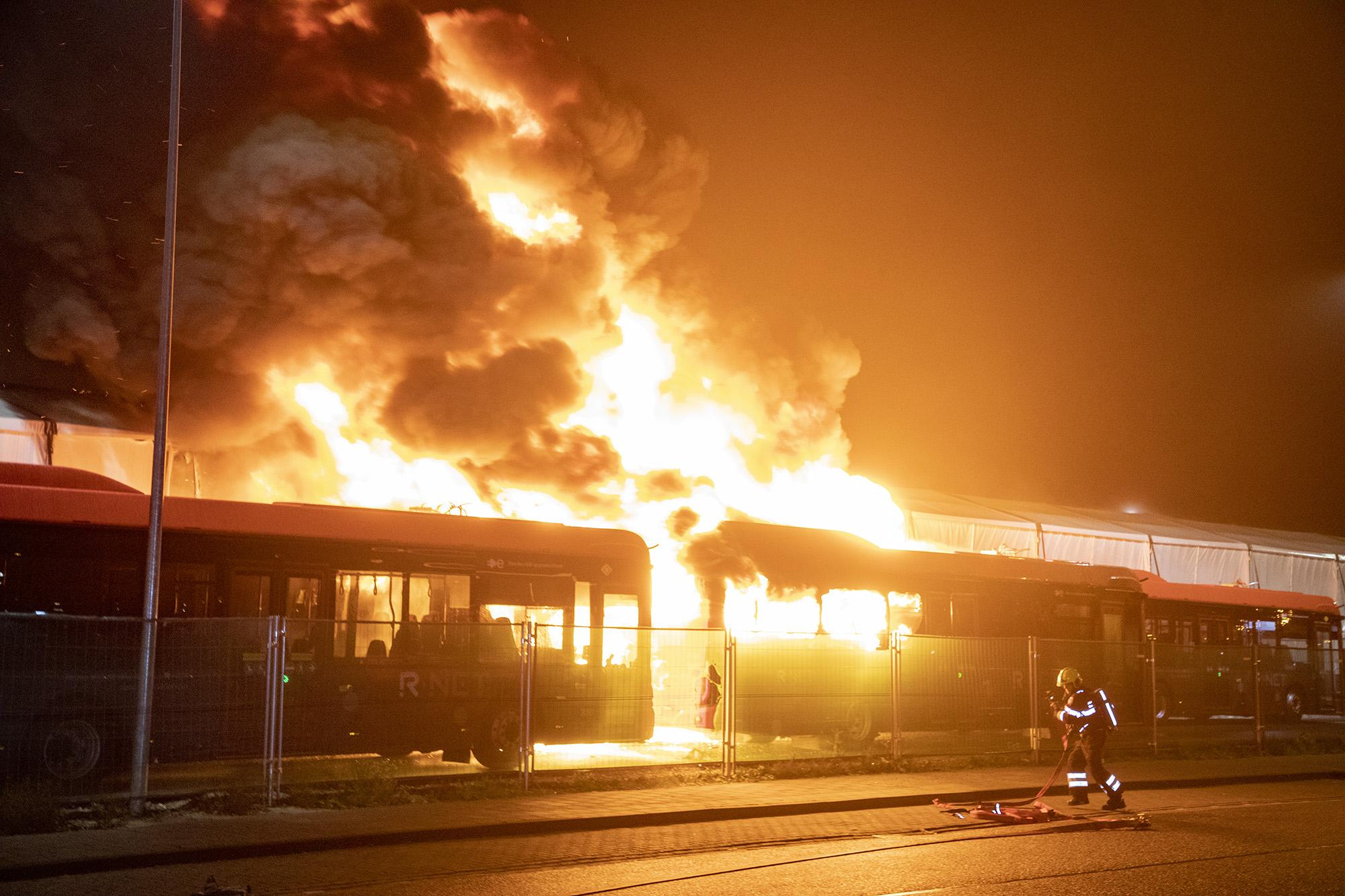Grote brand in busremise Connexxion Haarlem [video]