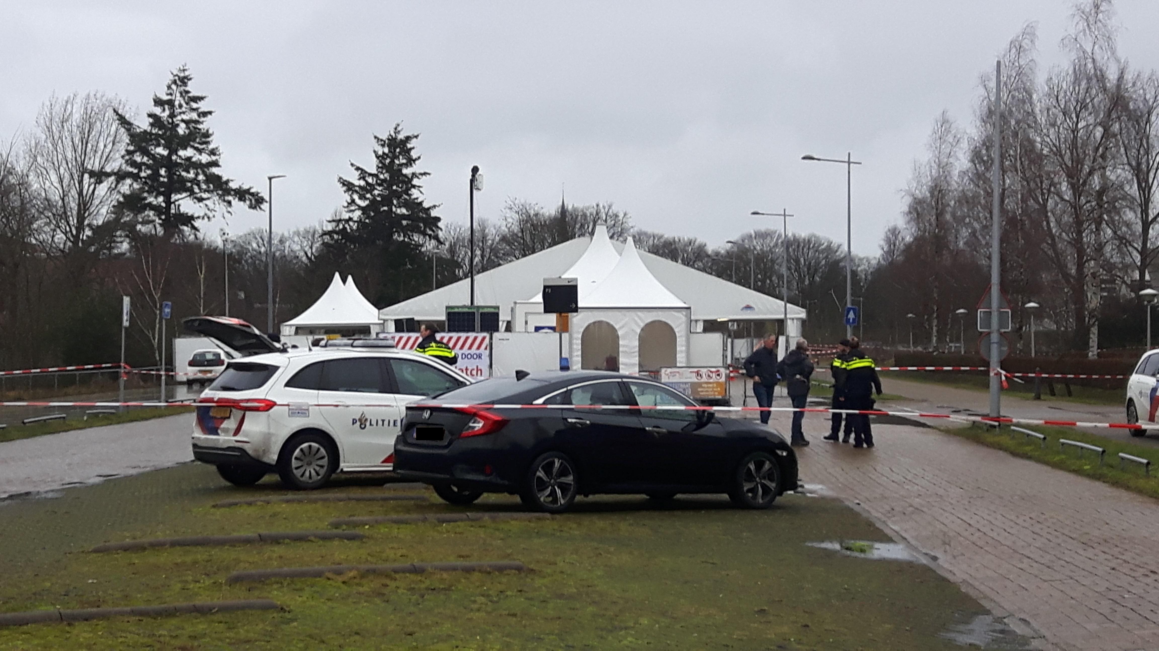 Brandbare goederen met vuurwerk gevonden bij coronateststraat in Hilversum; teststraat blijft de hele dag dicht en omliggende gebouwen ontruimd [video]
