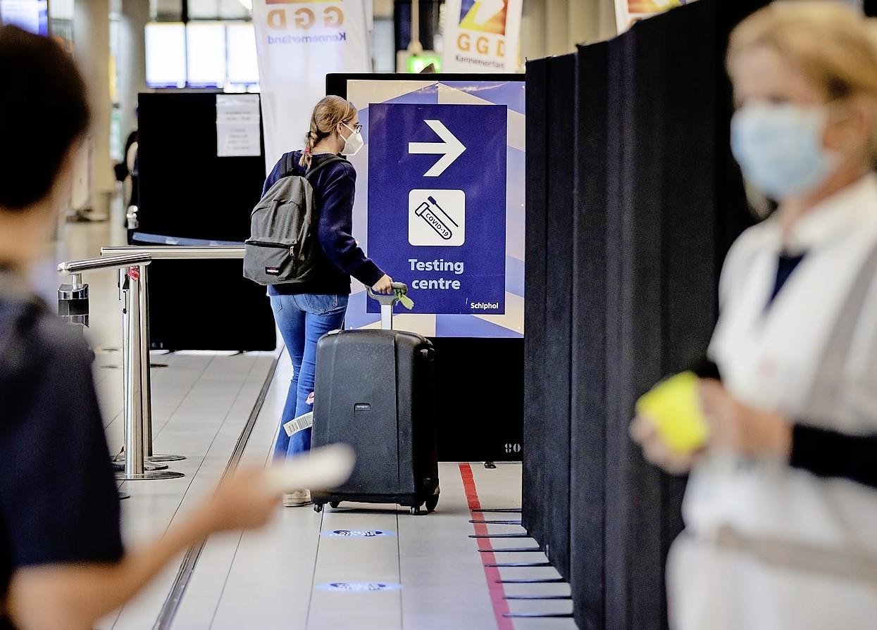 FNV wil dat personeel Schiphol ook naar coronateststraat kan